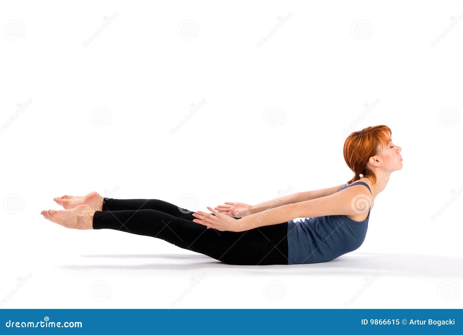 Mulher nova magro que faz o exercício da ioga