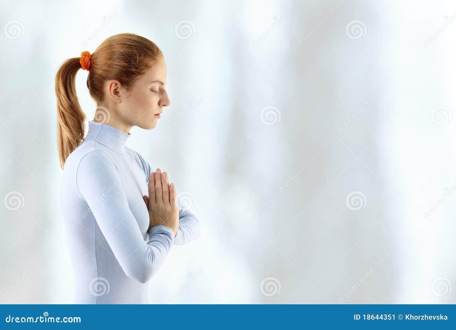 A mulher nova meditate sobre a cachoeira