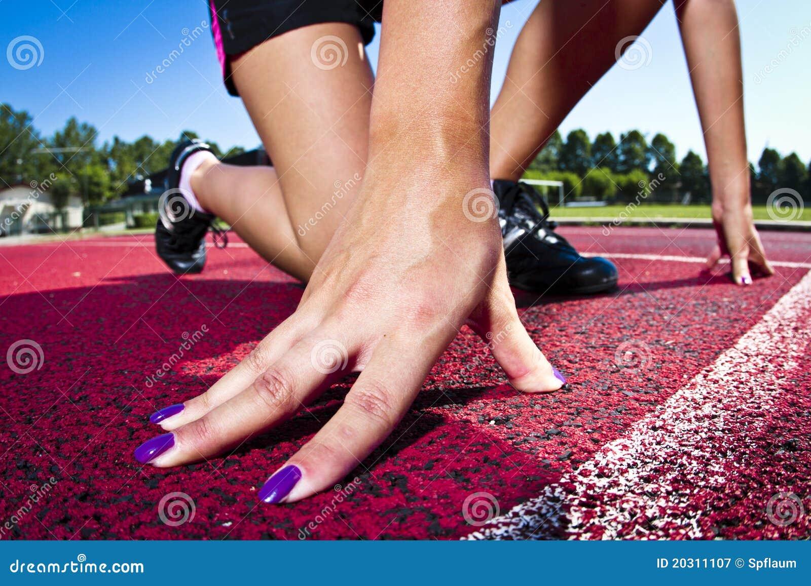 Mulher nova na posição sprinting
