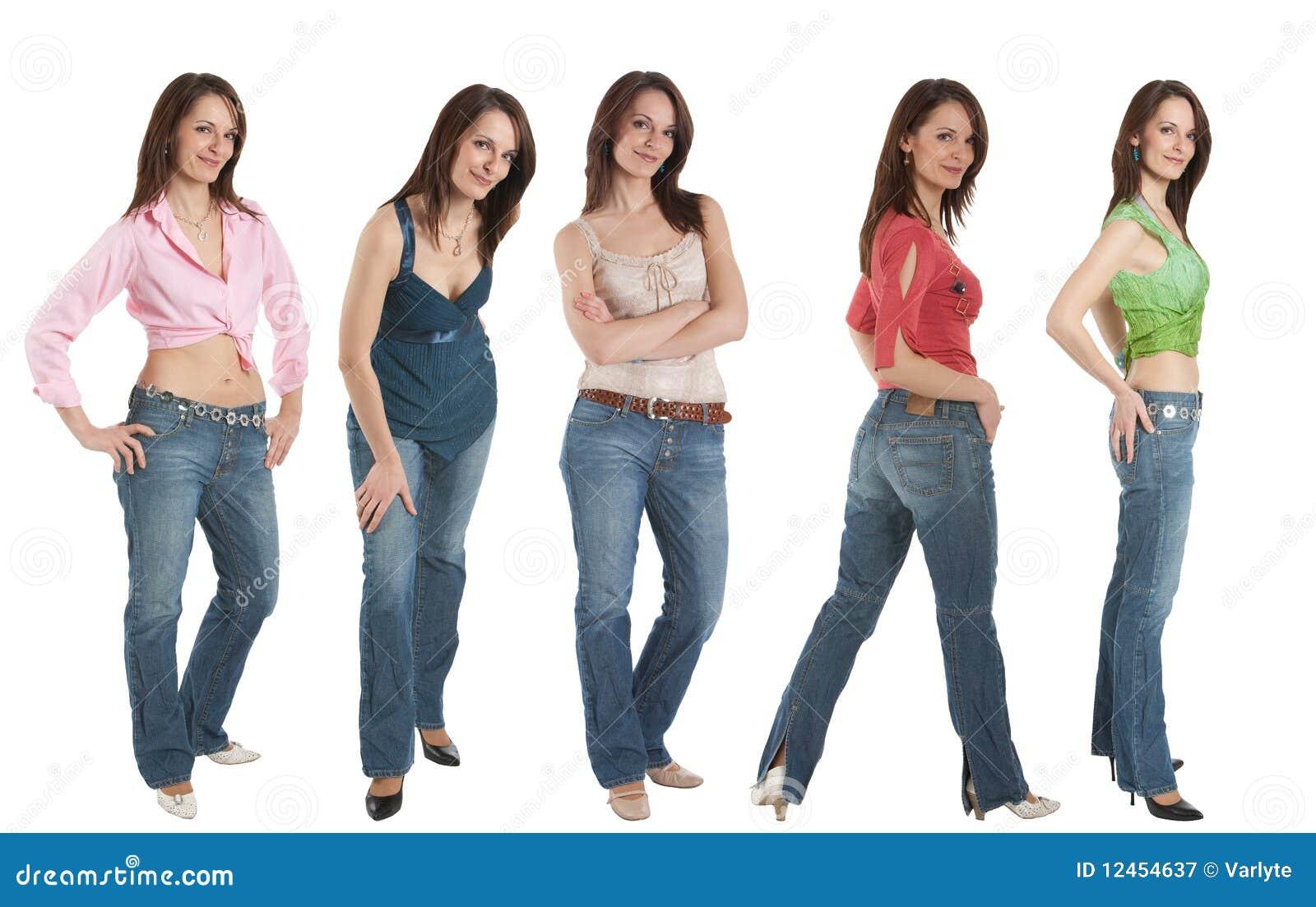Mulher nova nas calças de brim e em várias partes superiores, cinco poses,