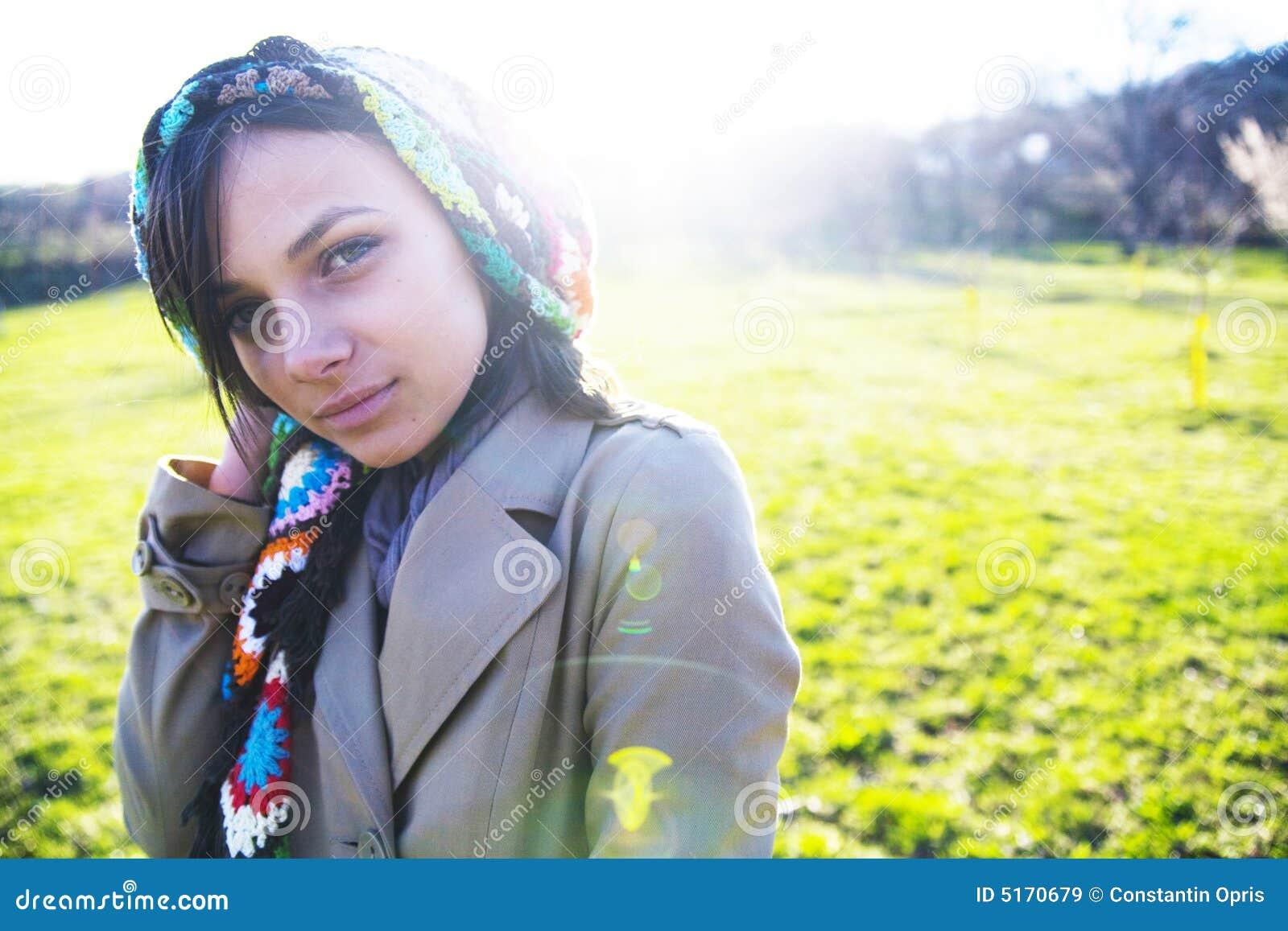 Mulher nova no campo