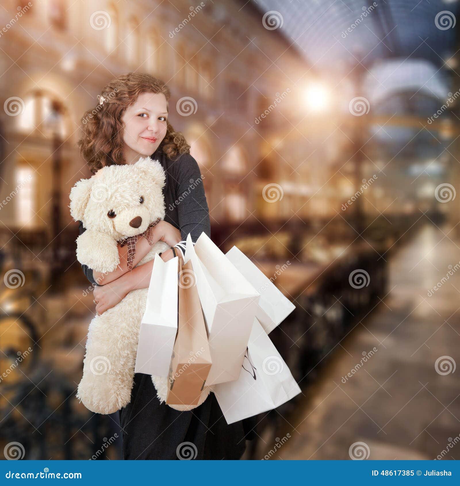 Mulher nova no centro comercial