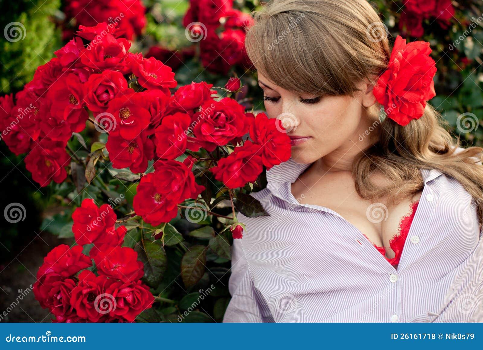 jardins rosas vermelhas: Royalty Free: Mulher nova no jardim de flor que cheira rosas vermelhas
