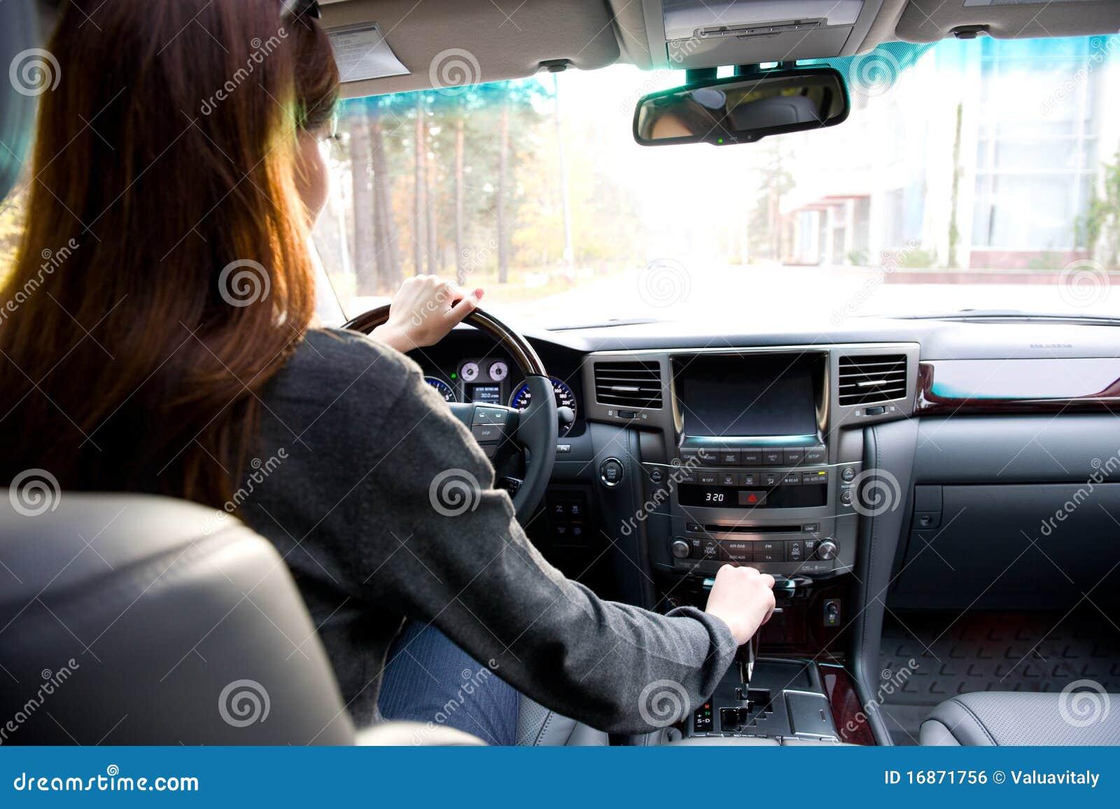 Mulher nova que conduz o carro