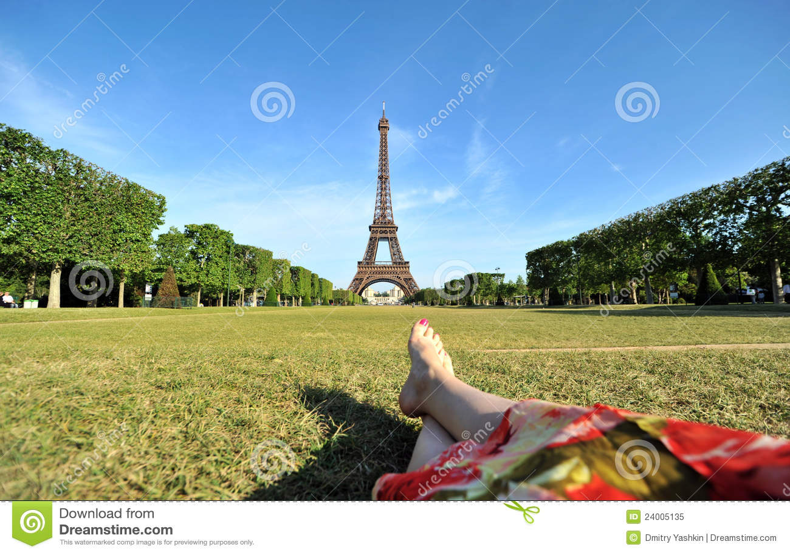 Mulher nova que relaxa em Paris