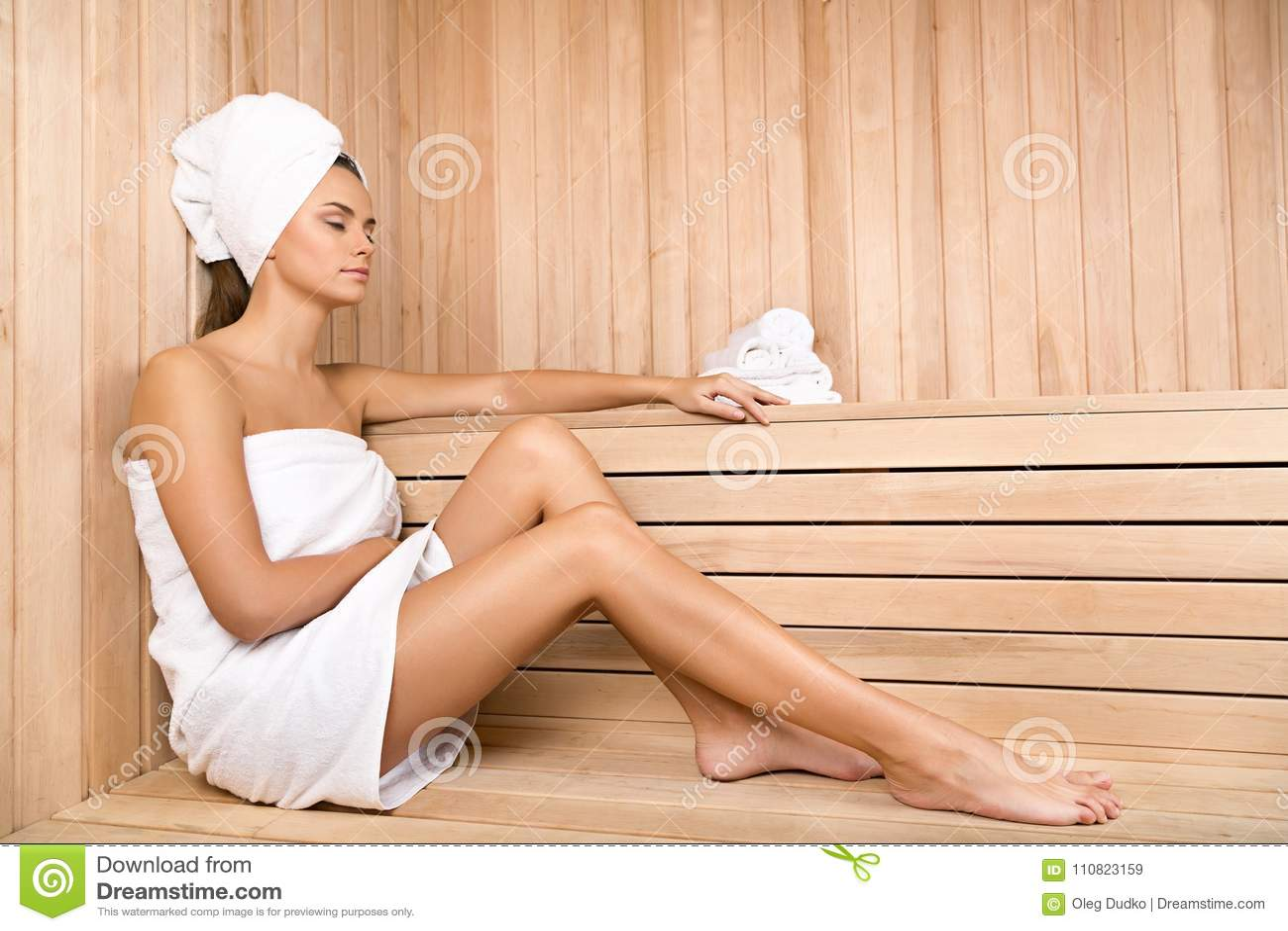 Mulher nova que relaxa nos termas Cuidados médicos e beleza