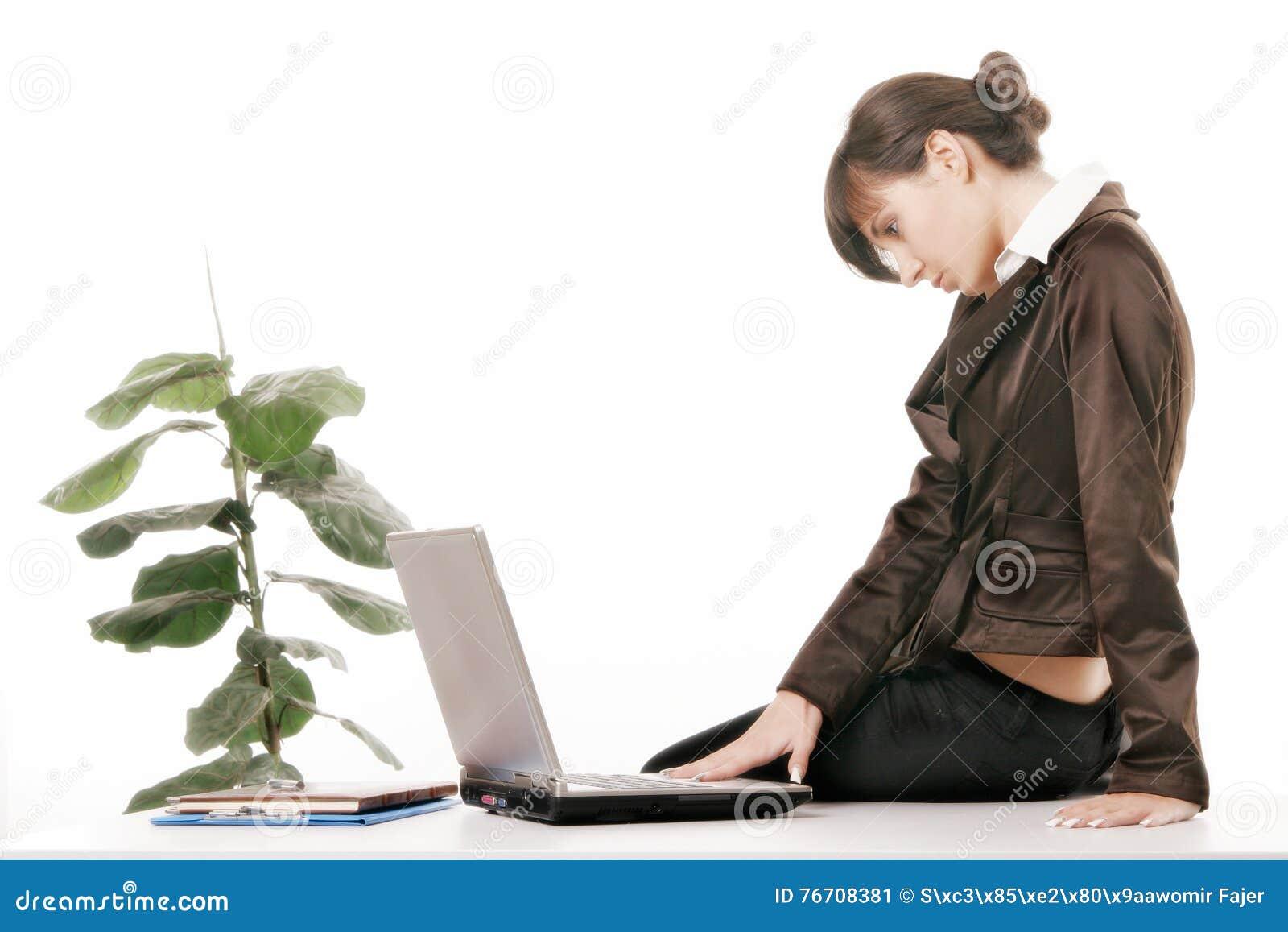 Mulher nova que usa o computador
