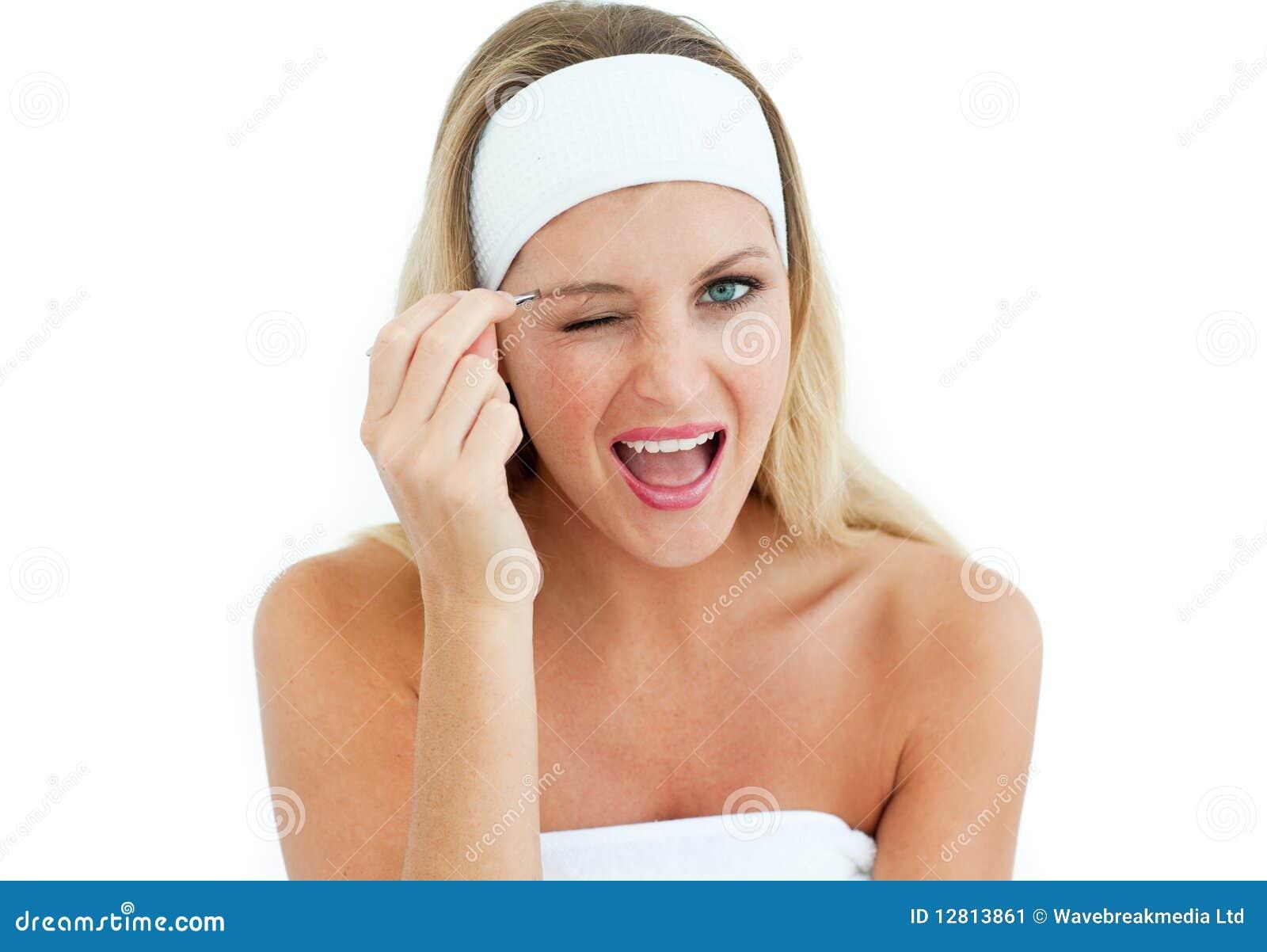 Mulher nova que usa tweezers