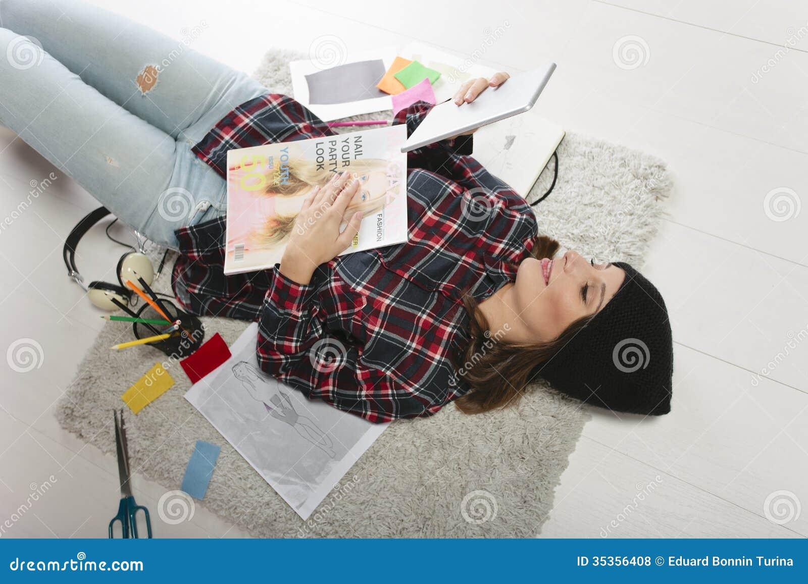 Mulher ocasional do blogger que trabalha em seu escritório da forma.