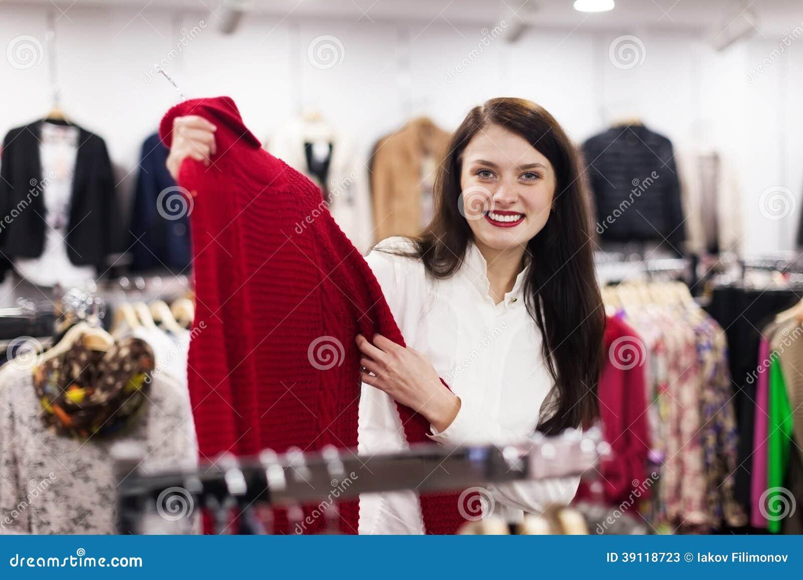 Mulher ordinária que escolhe a camiseta