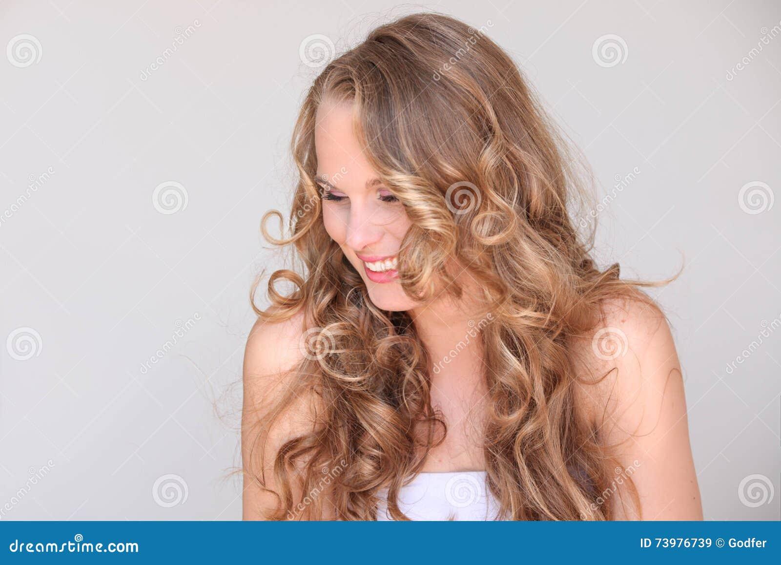 Mulher, pele bonita loura do cabelo encaracolado