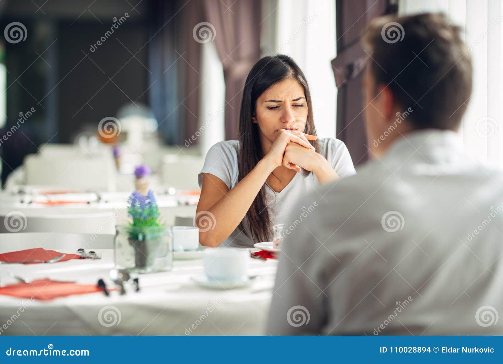 Mulher pensativa confundida que pensa, conversação de escuta Problemas mentais emocionais Edições na união e no relacionamento