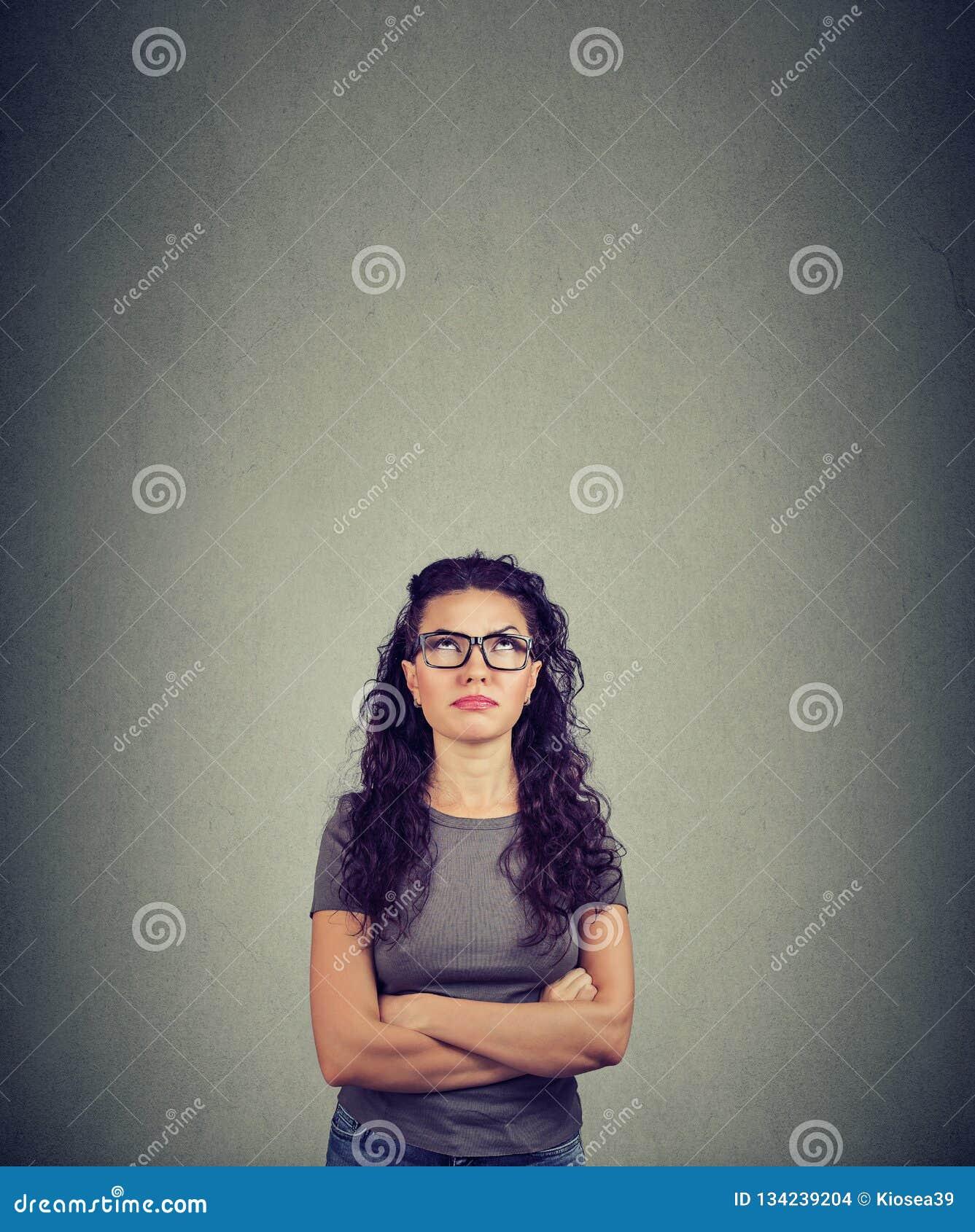 Mulher pensativa que olha acima no projeto