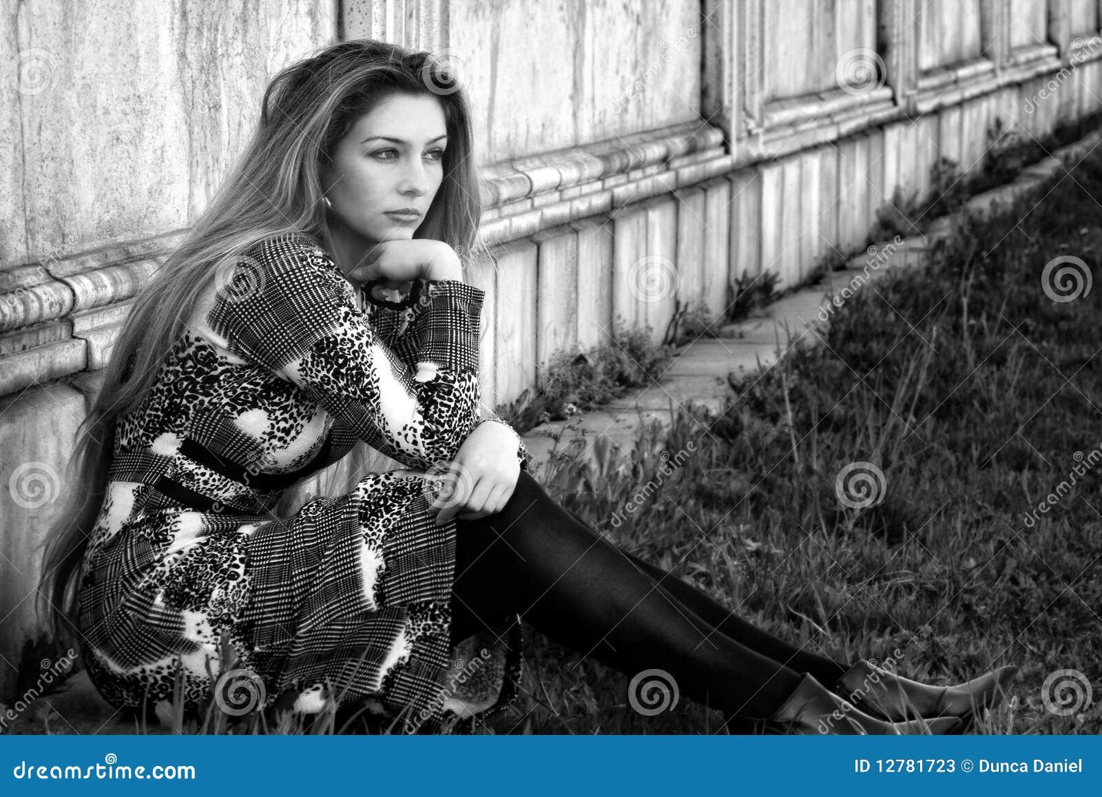 Mulher Pensativa Sozinha Triste Ao Ar Livre Imagem De Stock