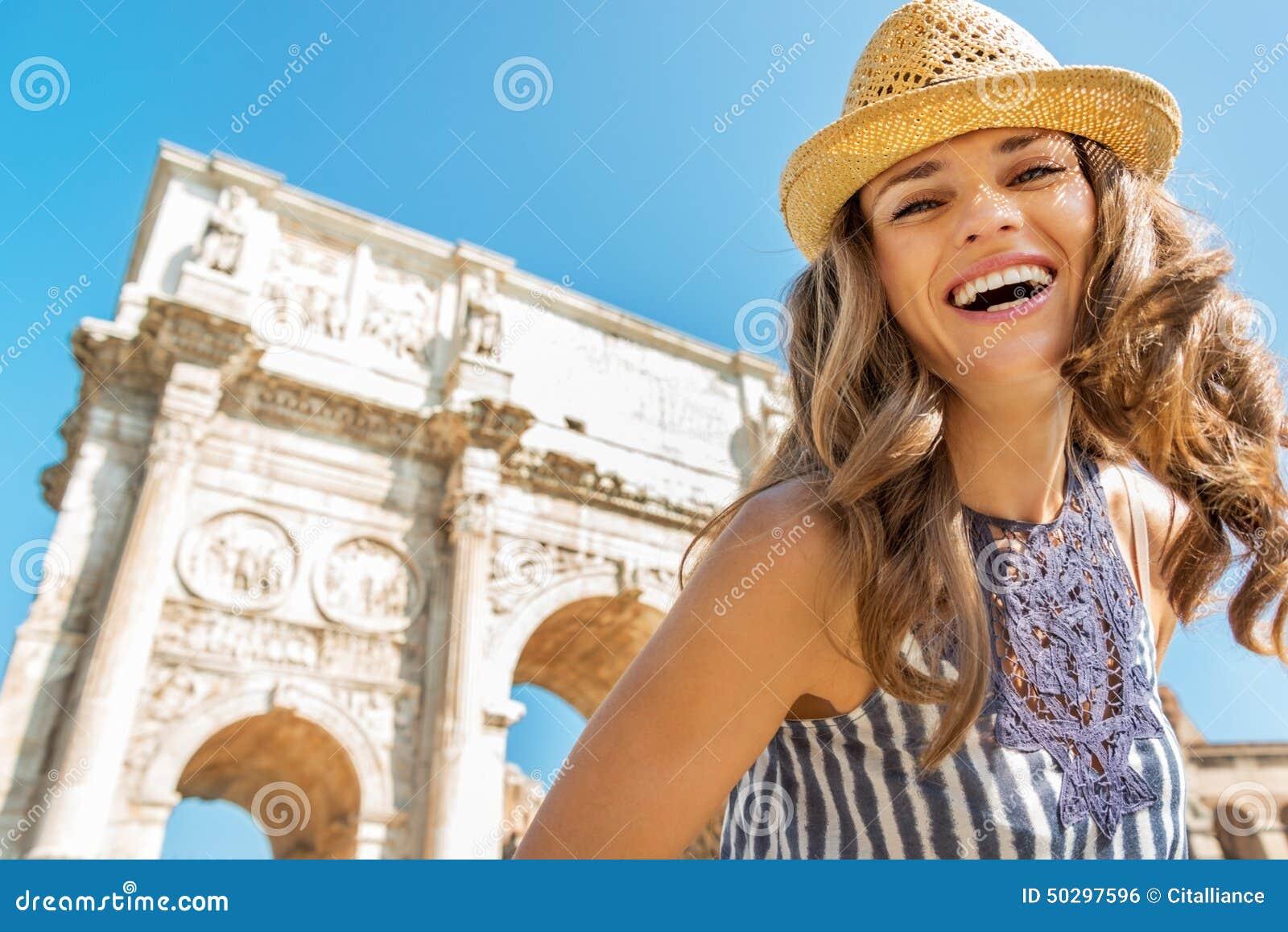 Mulher perto do arco de Constantim em Roma, Italia