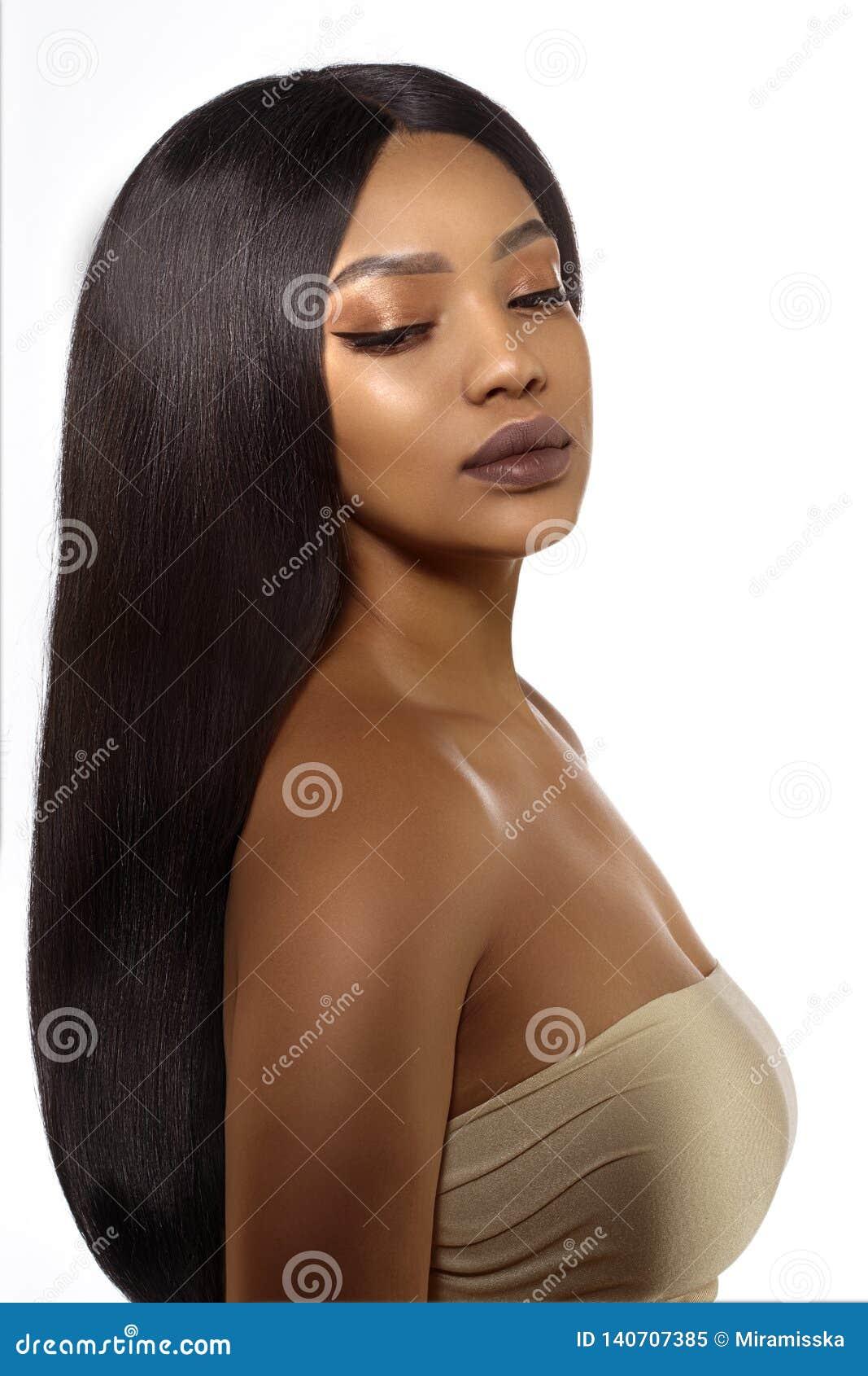 Mulher preta da pele da beleza nos termas Cara fêmea étnica africana Modelo afro-americano novo com cabelo longo