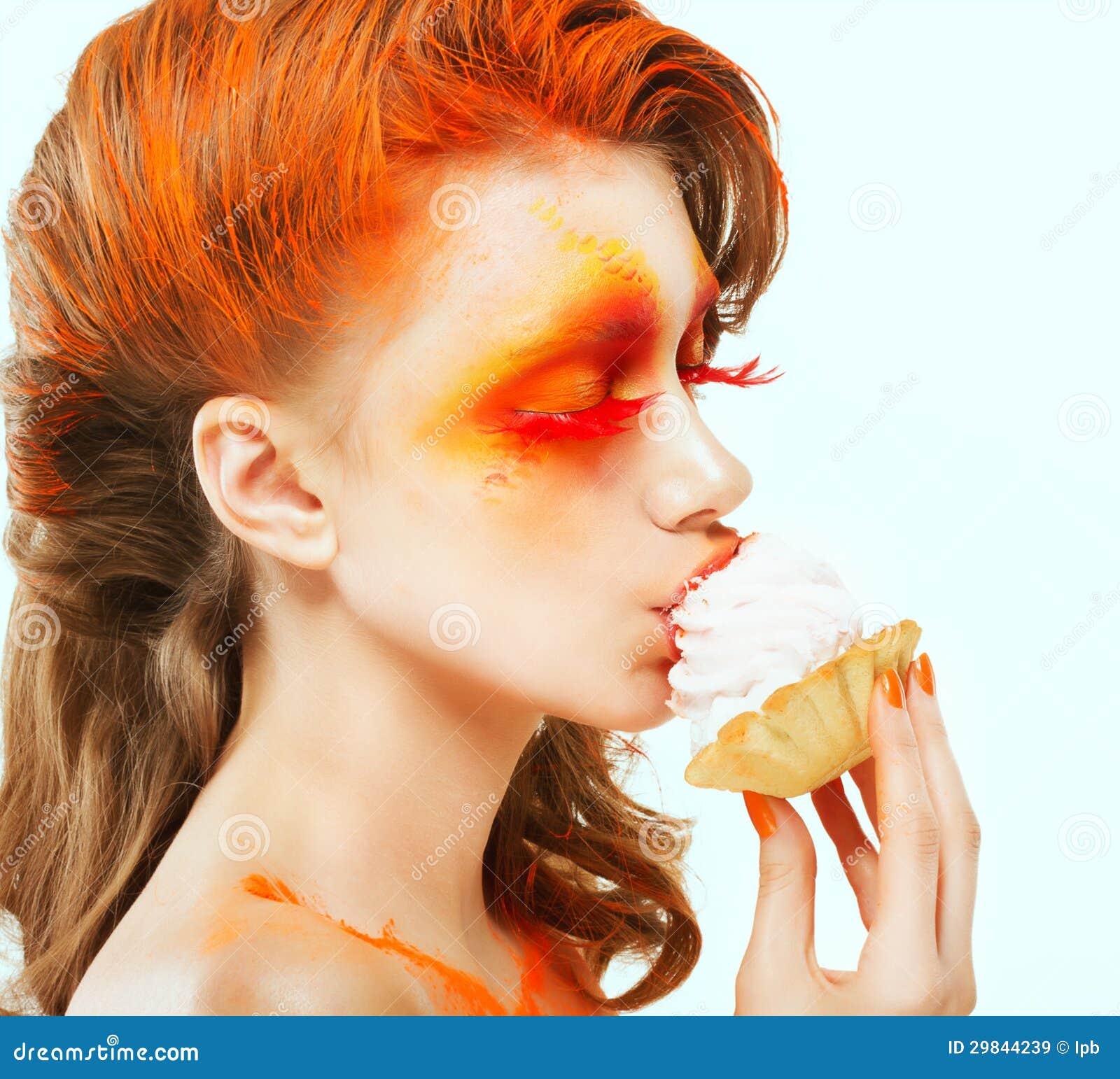 Colorir. Faculdade criadora. Perfil da mulher Vermelho-de cabelo que come um bolo com creme. Core