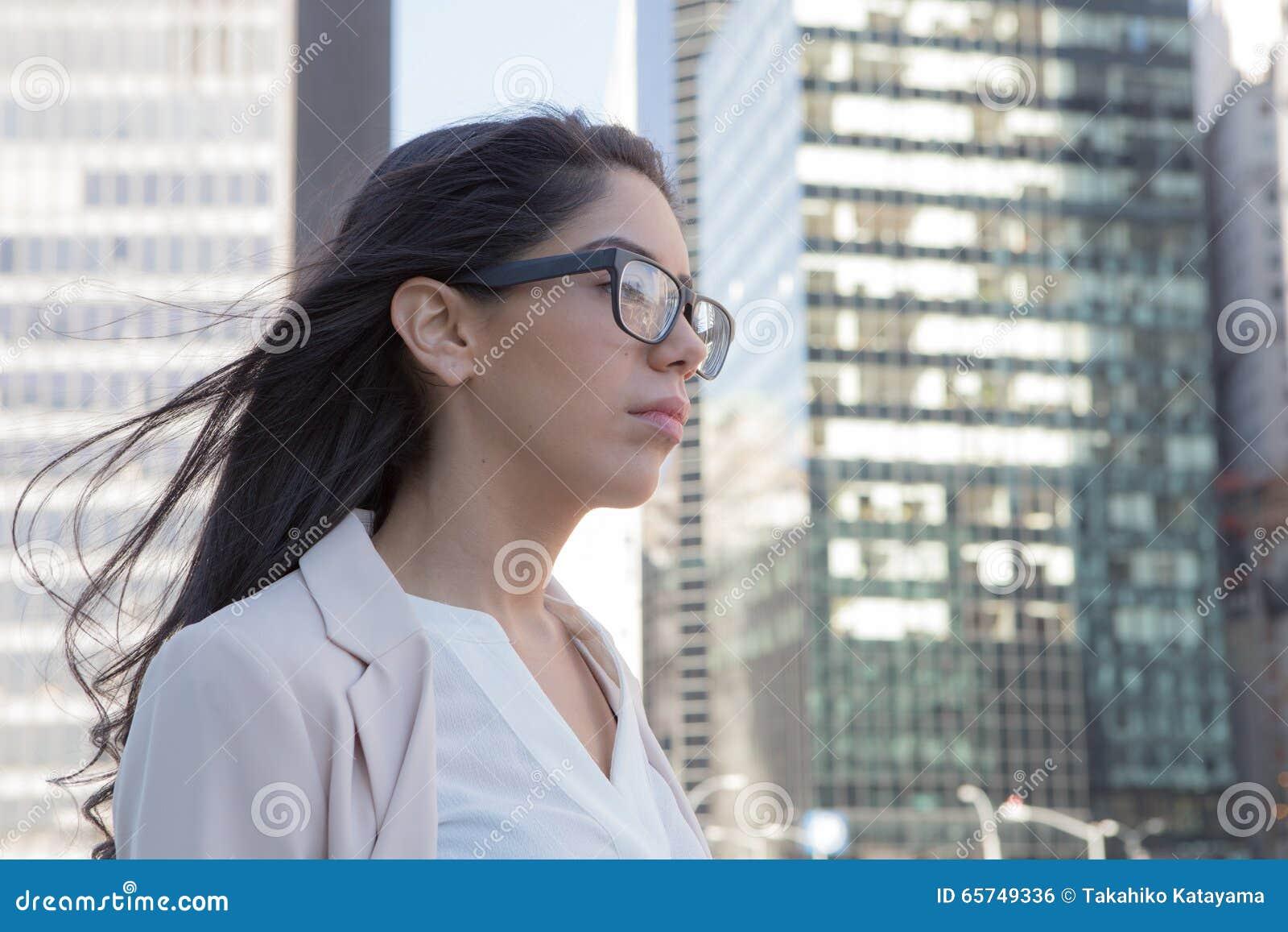 Mulher profissional latin nova com vidros na cidade