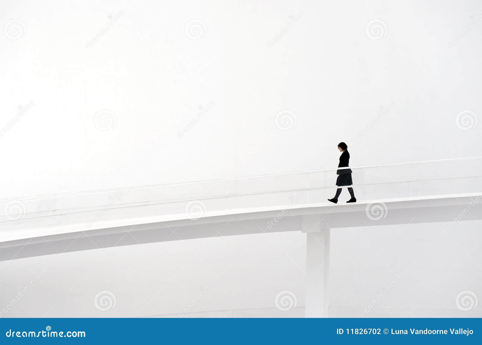 Mulher que anda na pista de decolagem