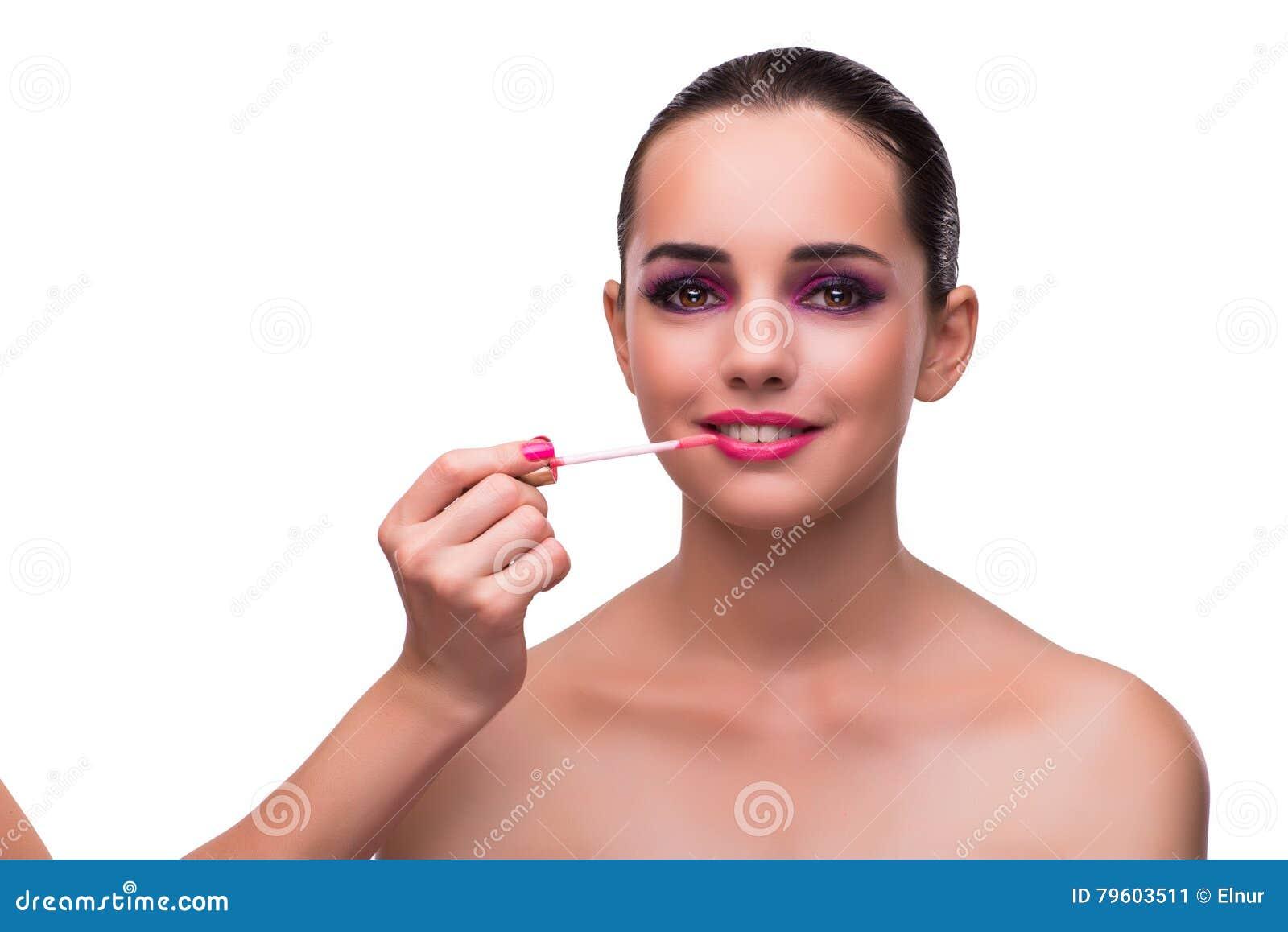 A mulher que aplica o batom isolado no branco