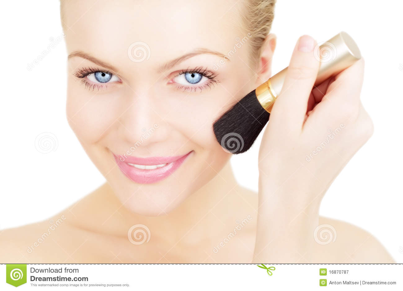 Mulher que aplica o blusher isolado