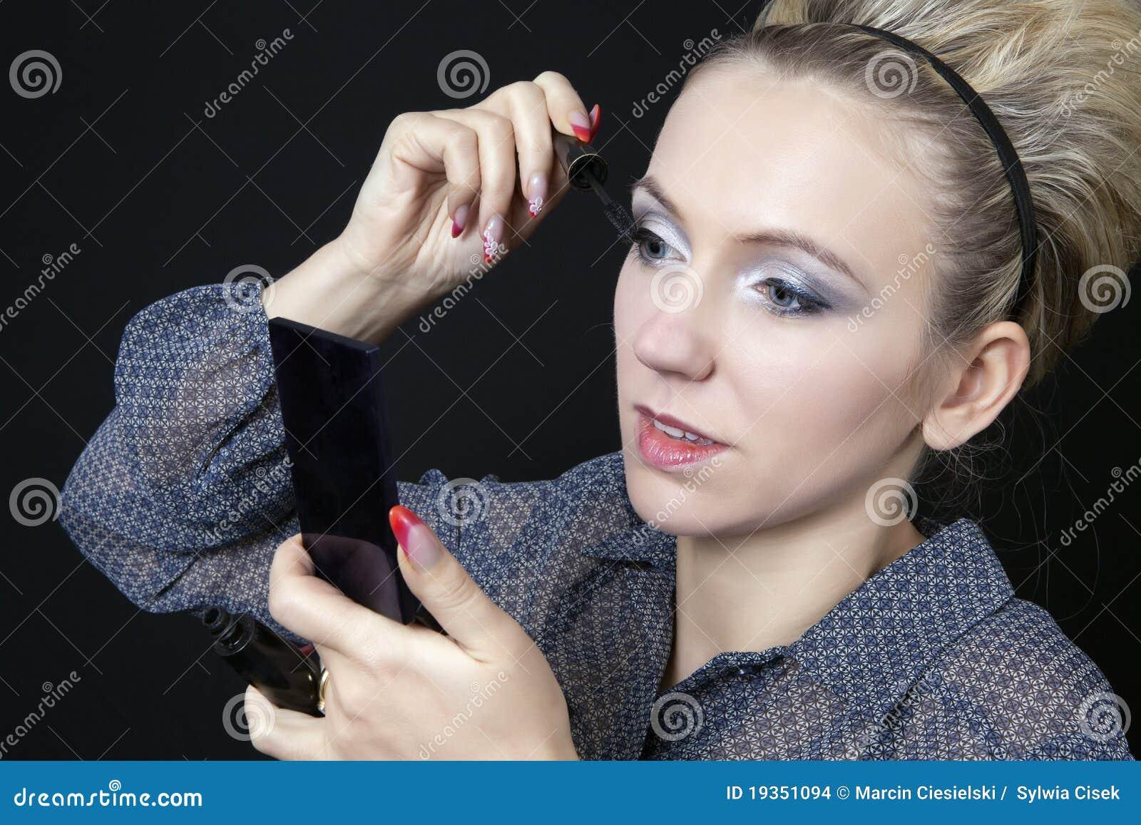 Mulher que aplica sua composição