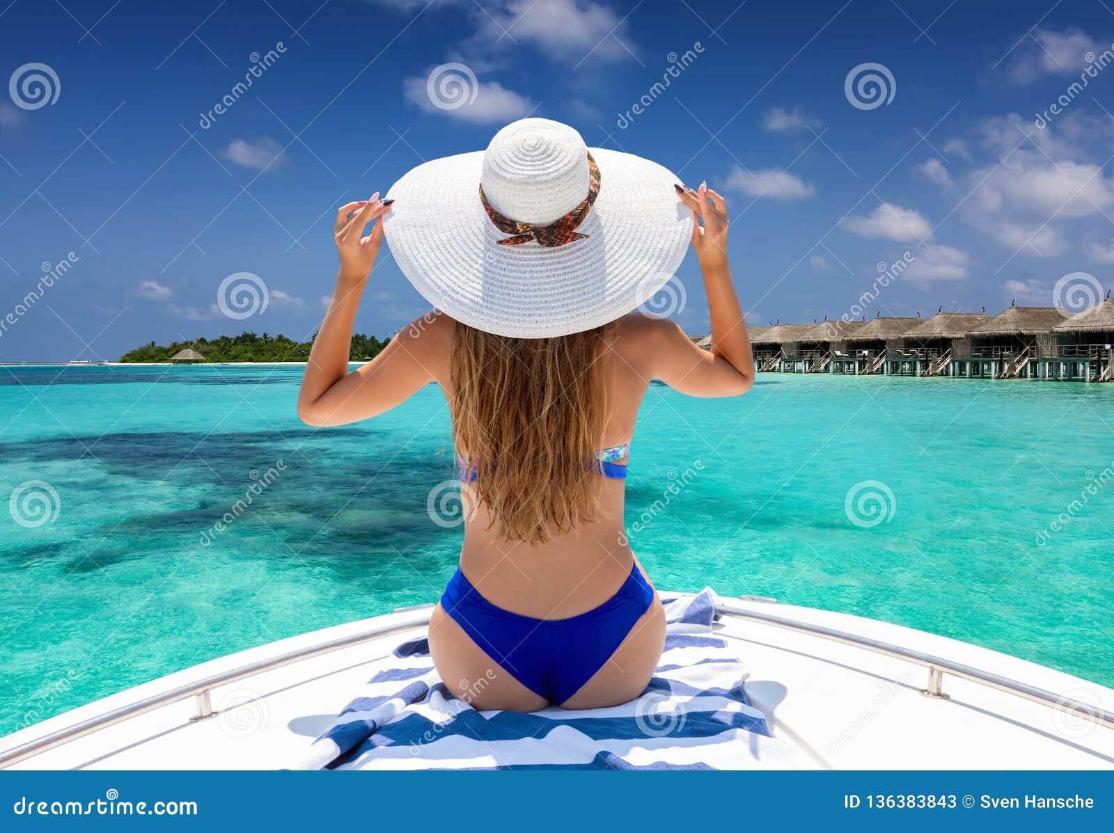 Mulher que aprecia um passeio do barco em Maldivas