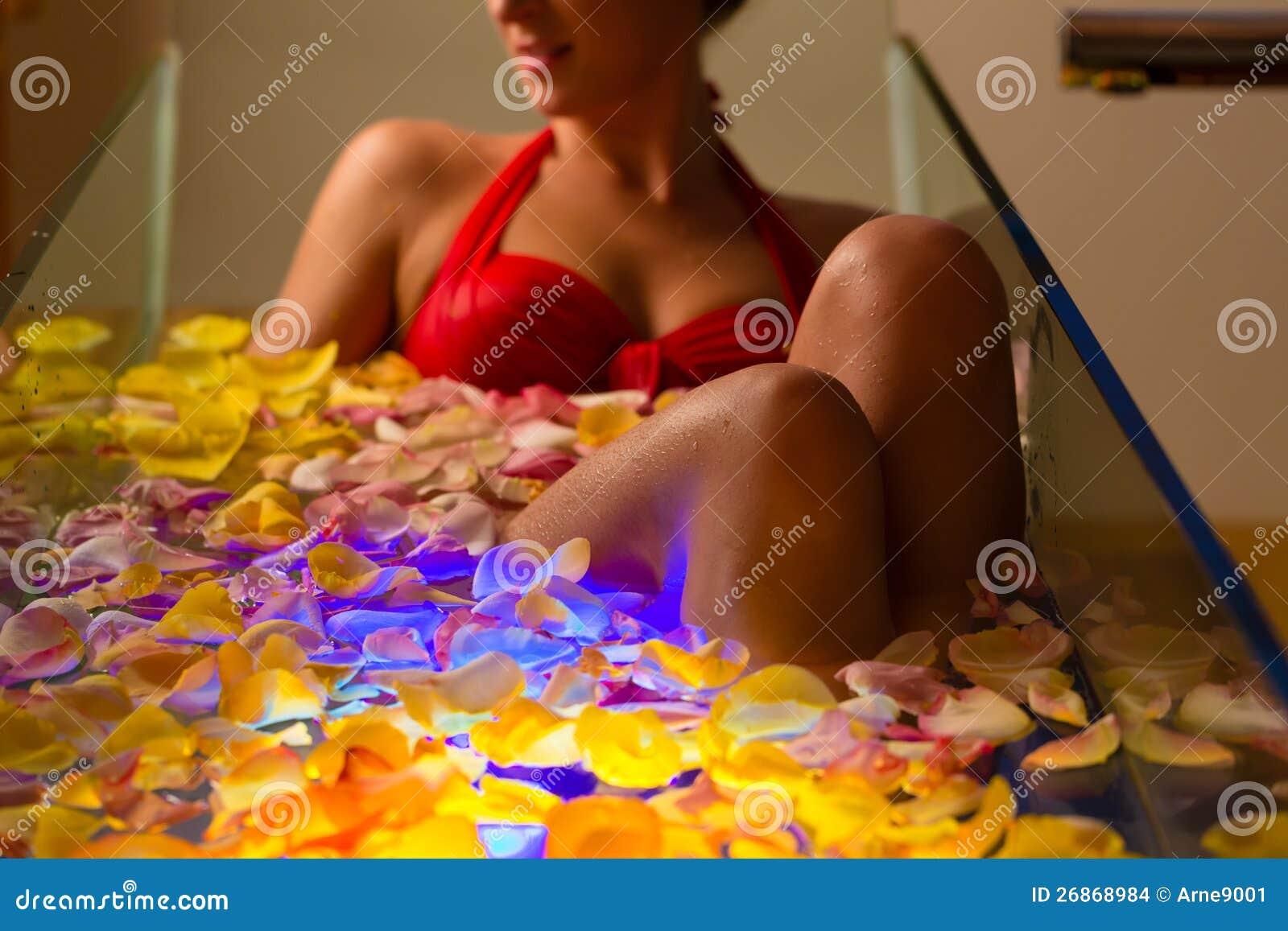 Mulher que banha-se nos termas com terapia da cor