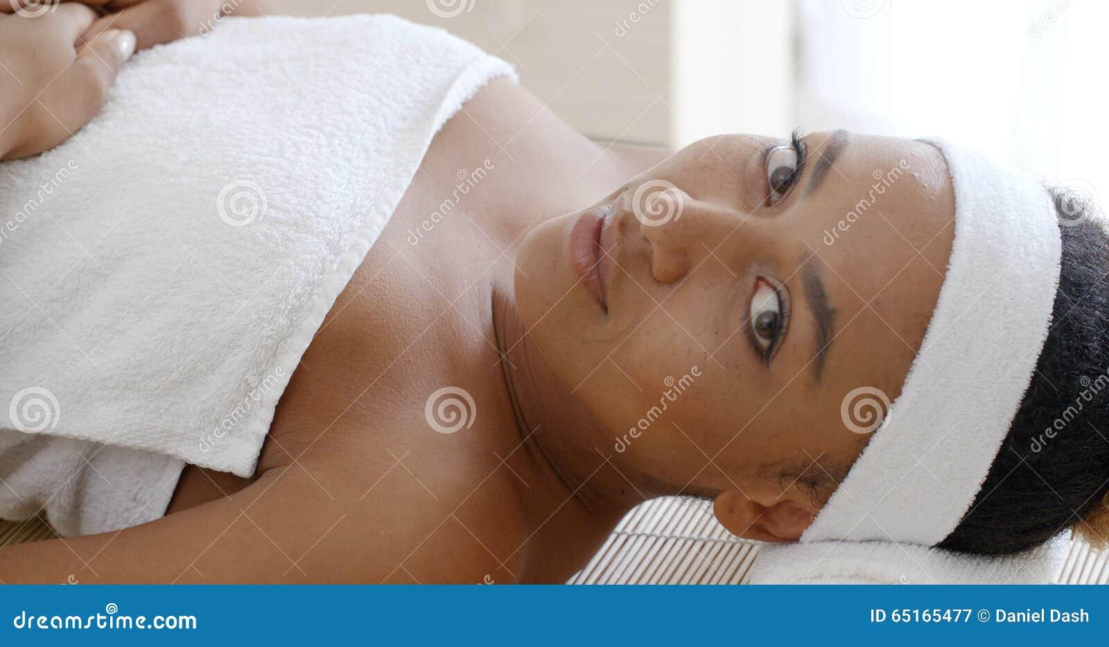Mulher que começ pronta para o tratamento dos termas