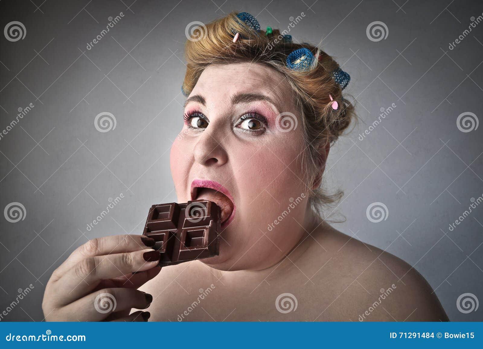 Mulher que come o chocolate