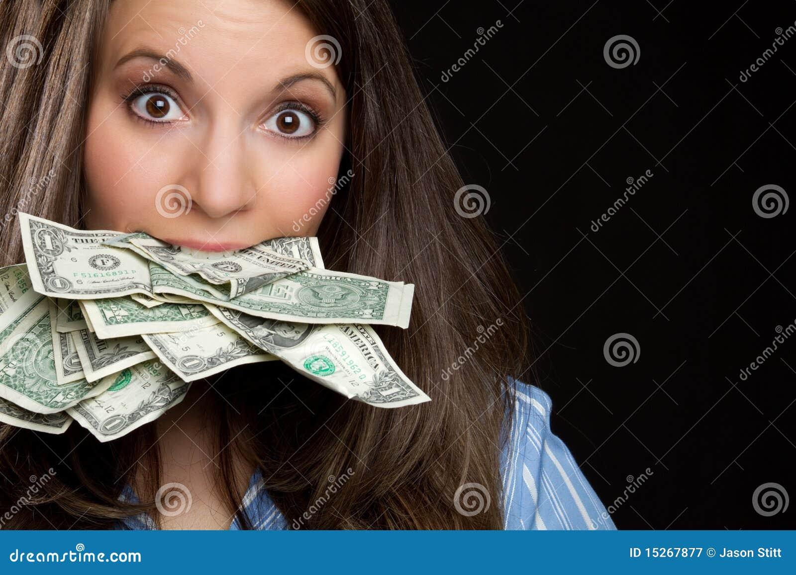 Mulher que come o dinheiro