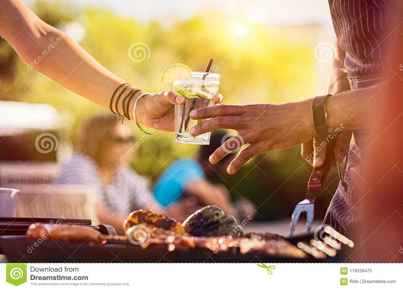 Mulher que compartilha da bebida no BBQ