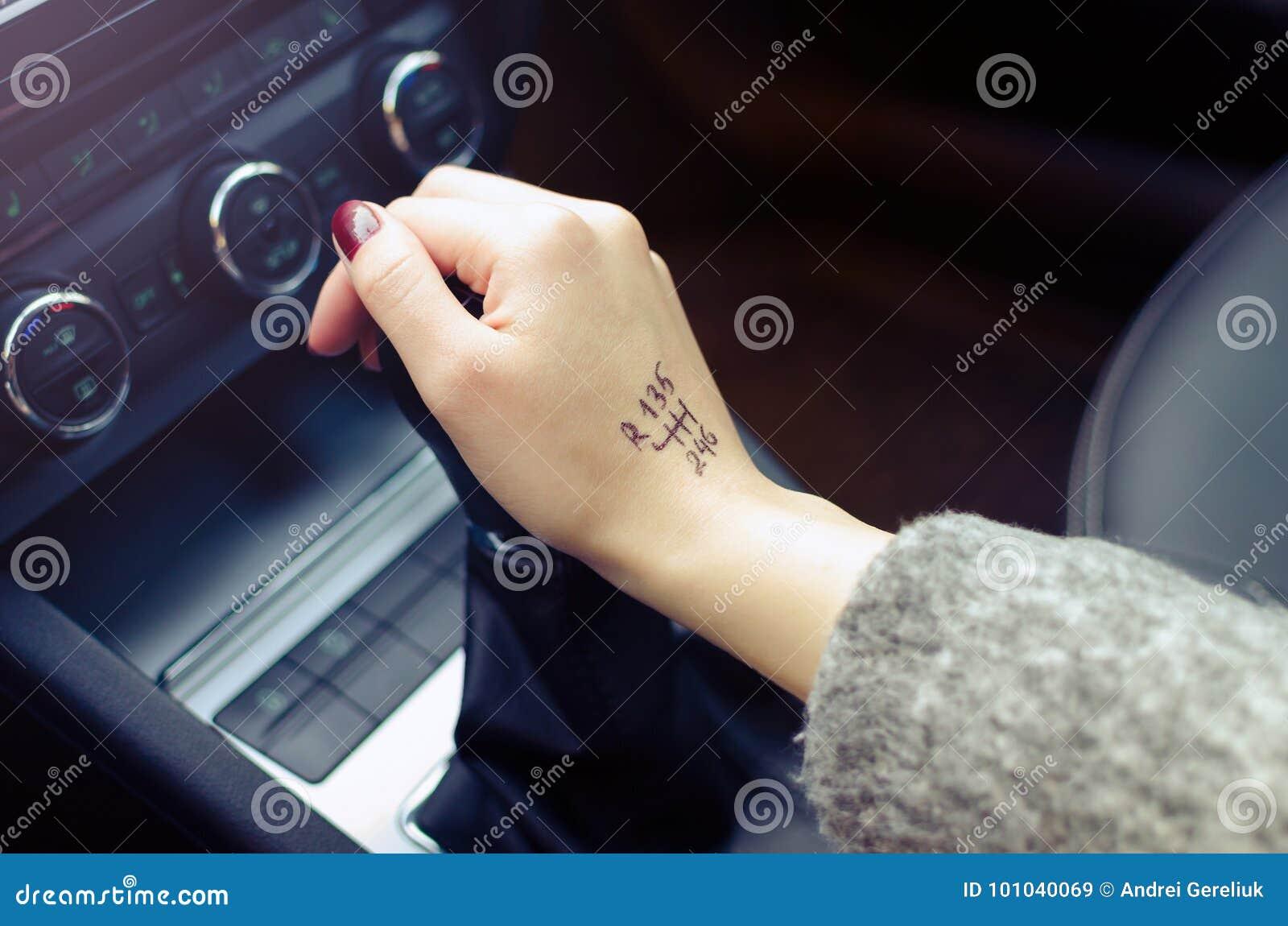 Mulher que comuta a transmissão manual com a ponta