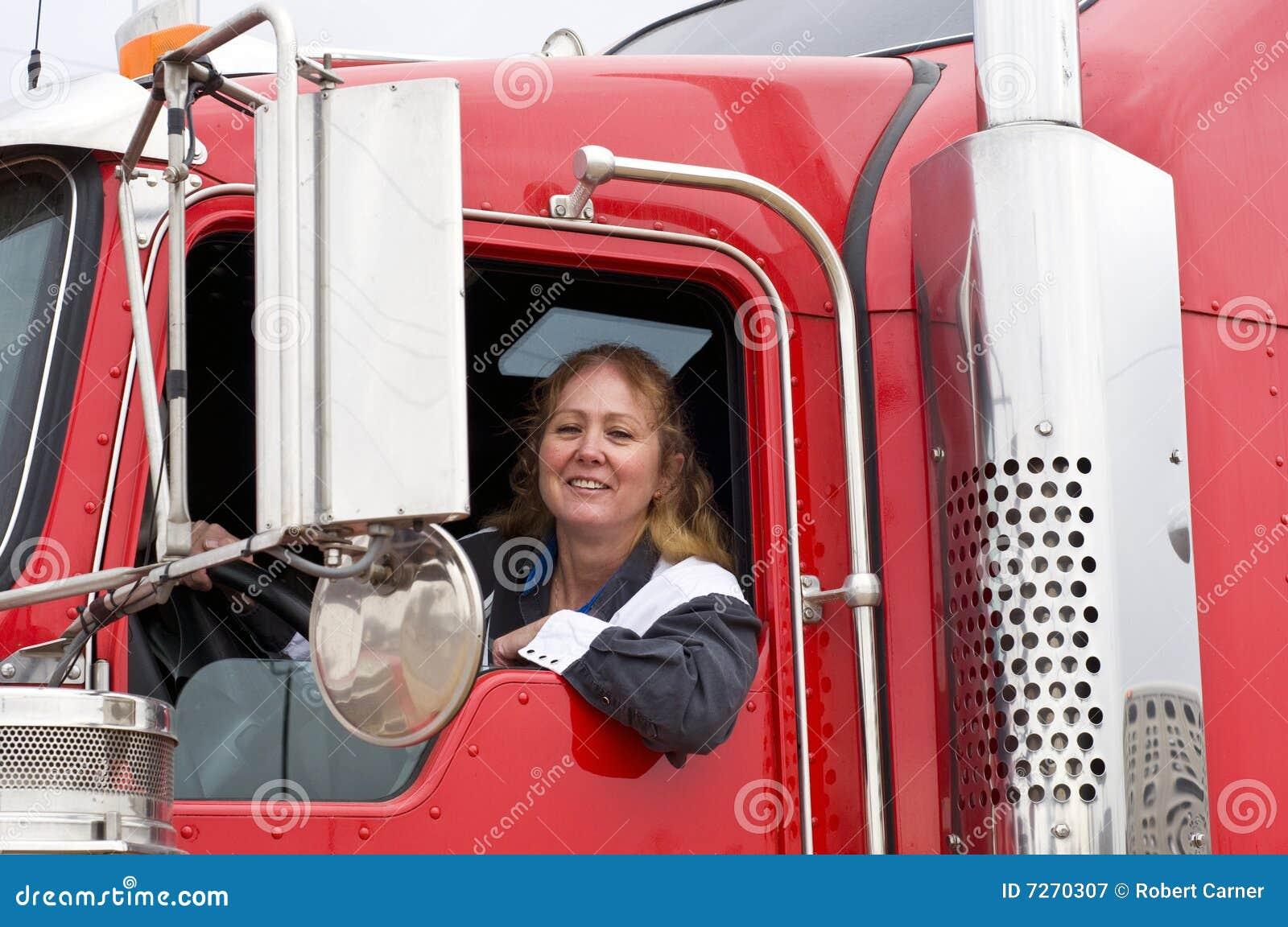 Mulher que conduz um veículo com rodas dezoito
