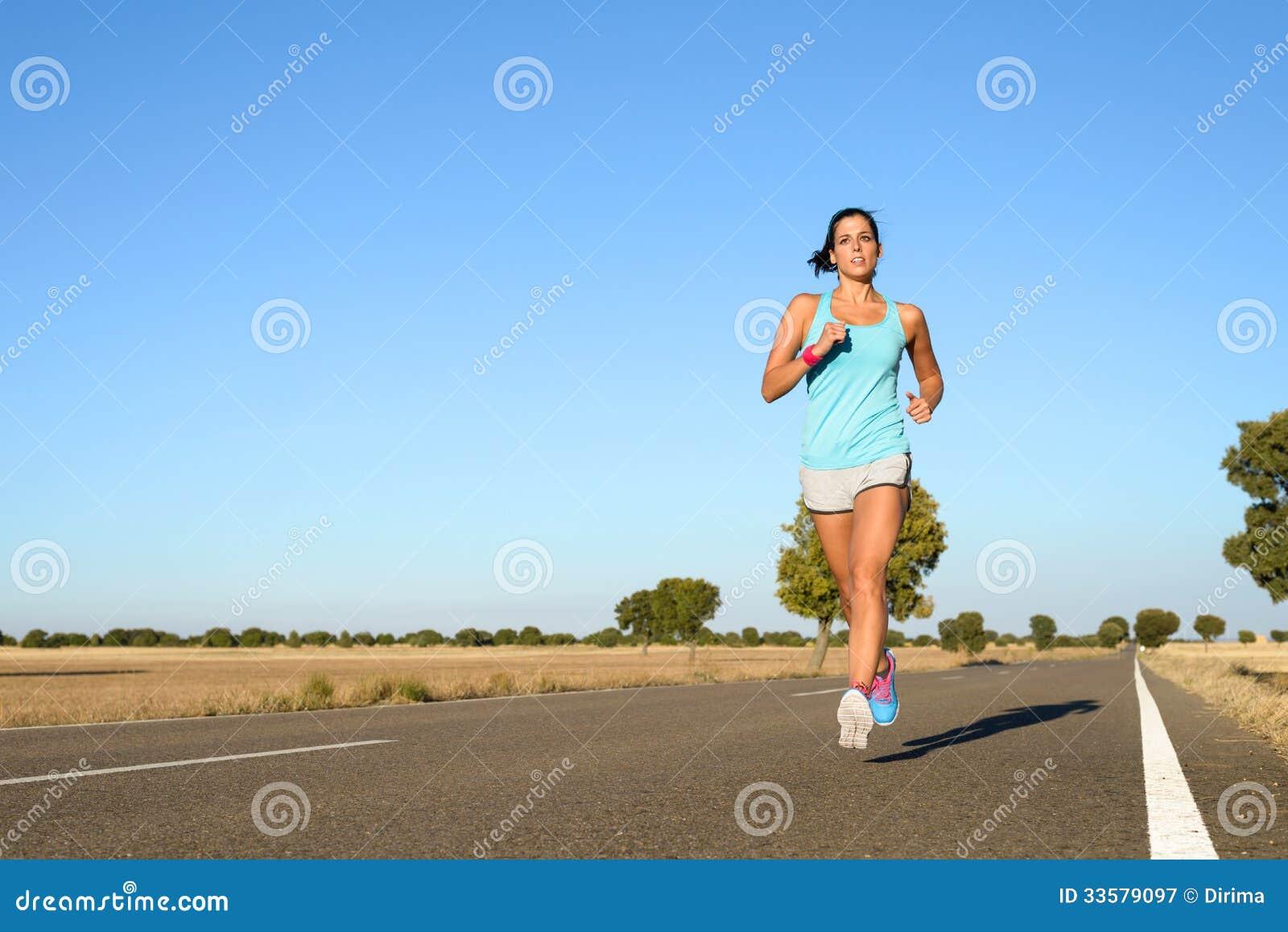 Mulher que corre para a maratona