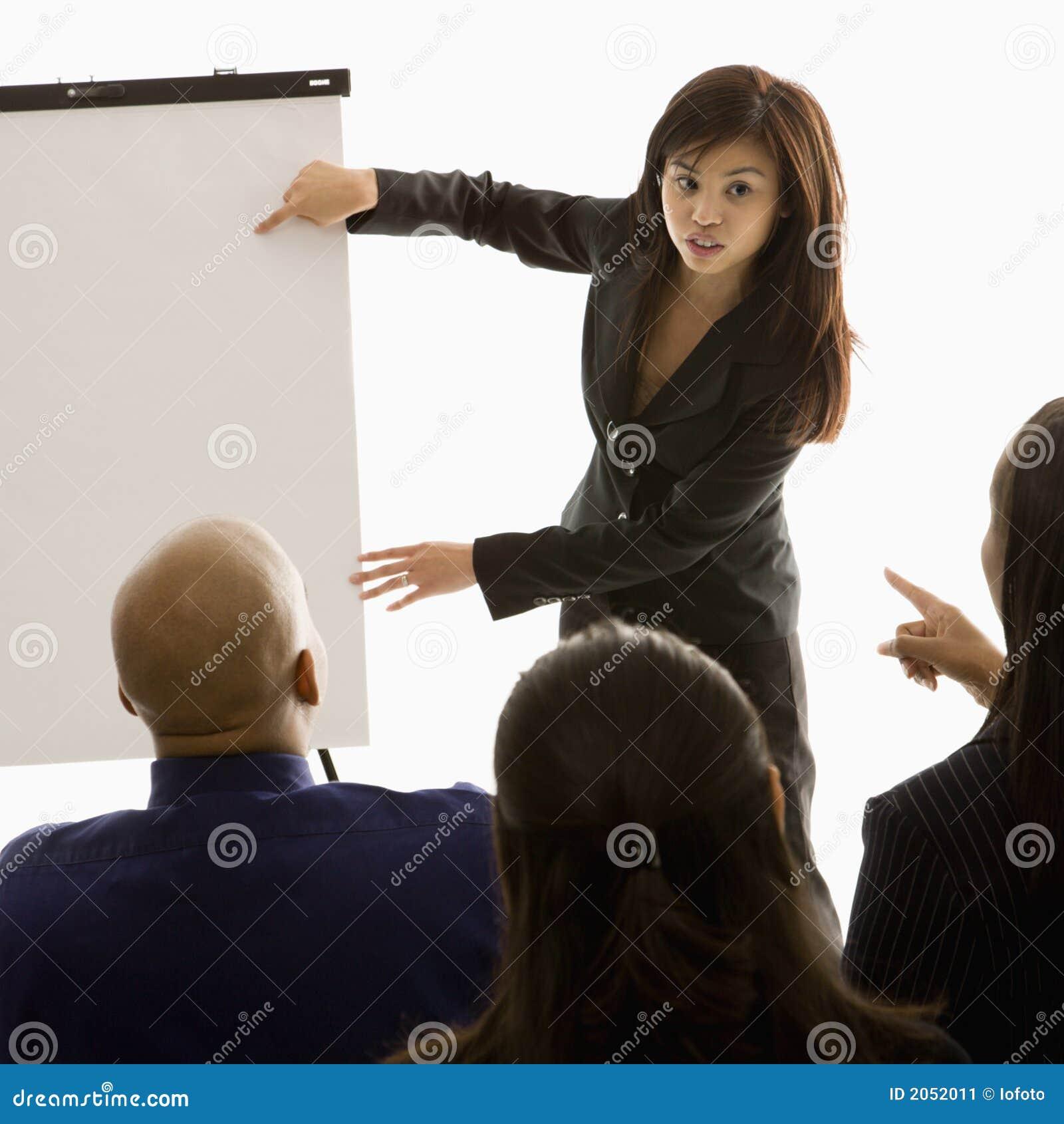 Mulher que dá a apresentação