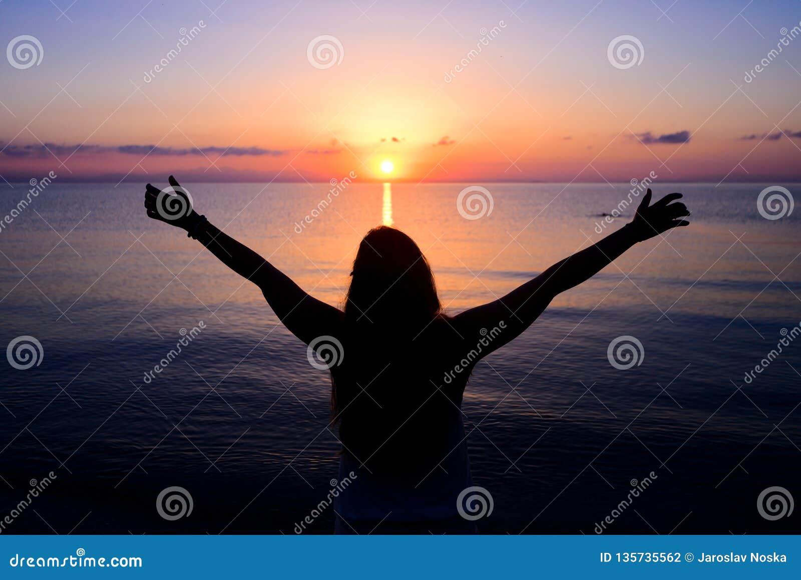 Mulher que dá o sol