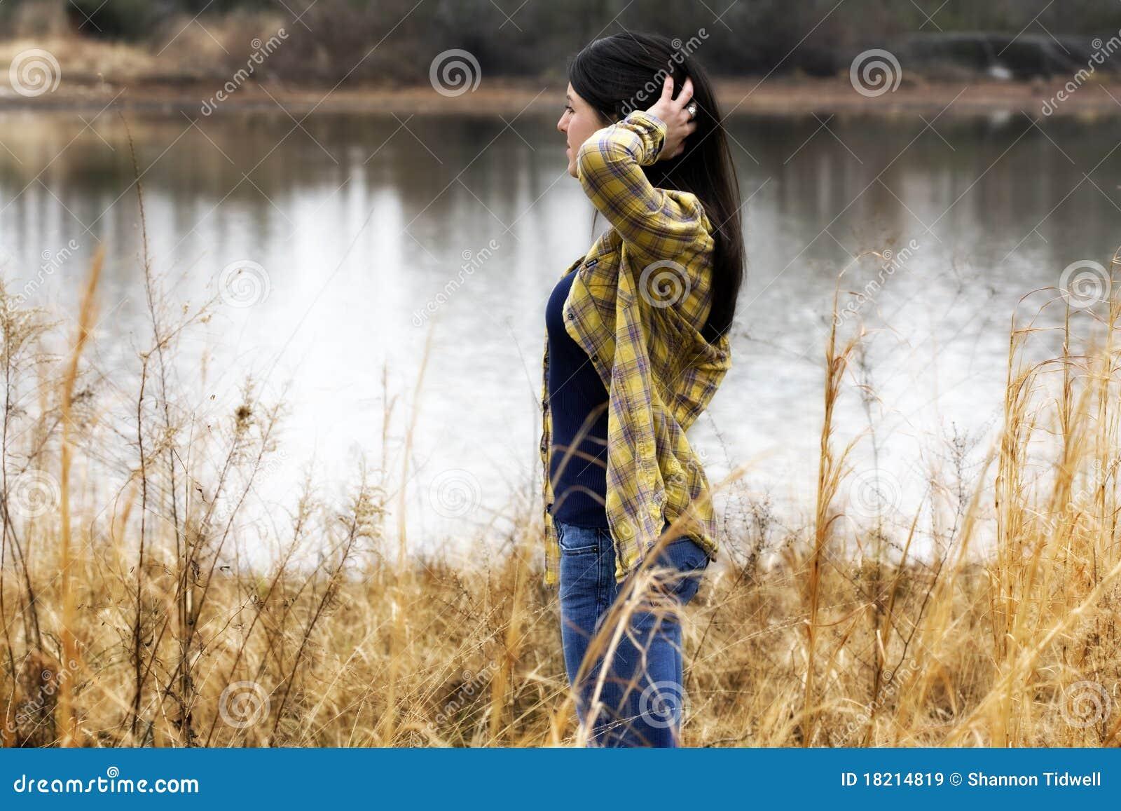 Mulher que daydreaming pela água