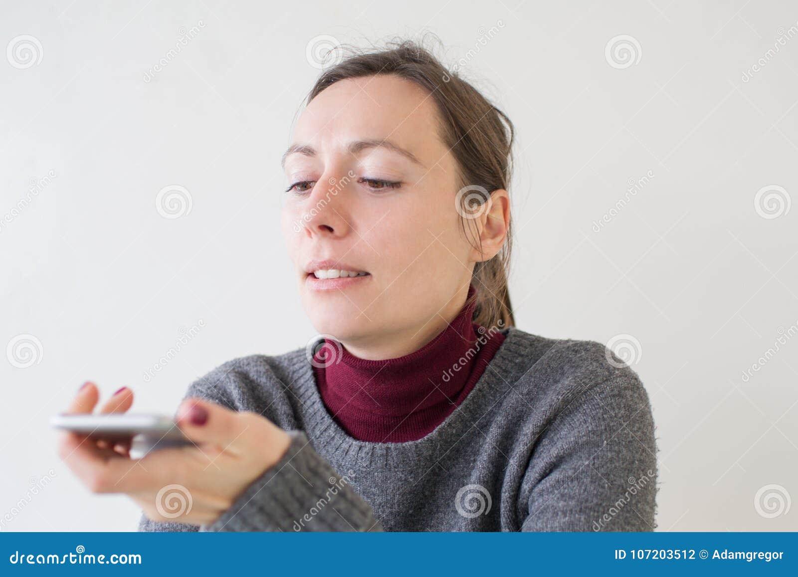 Mulher que deixa uma massagem da voz no telefone