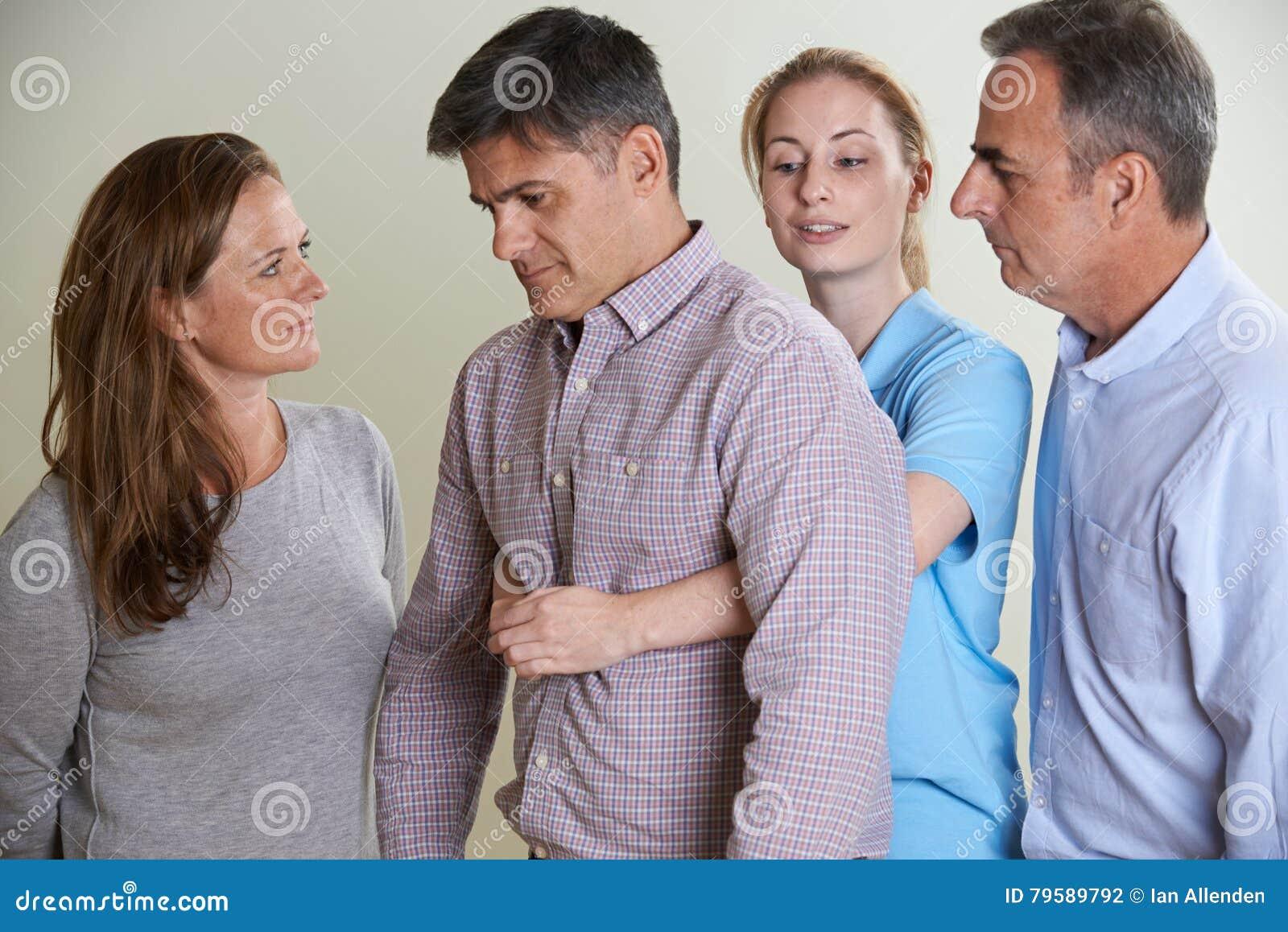 Mulher que demonstra a manobra de Heimlich na classe dos primeiros socorros