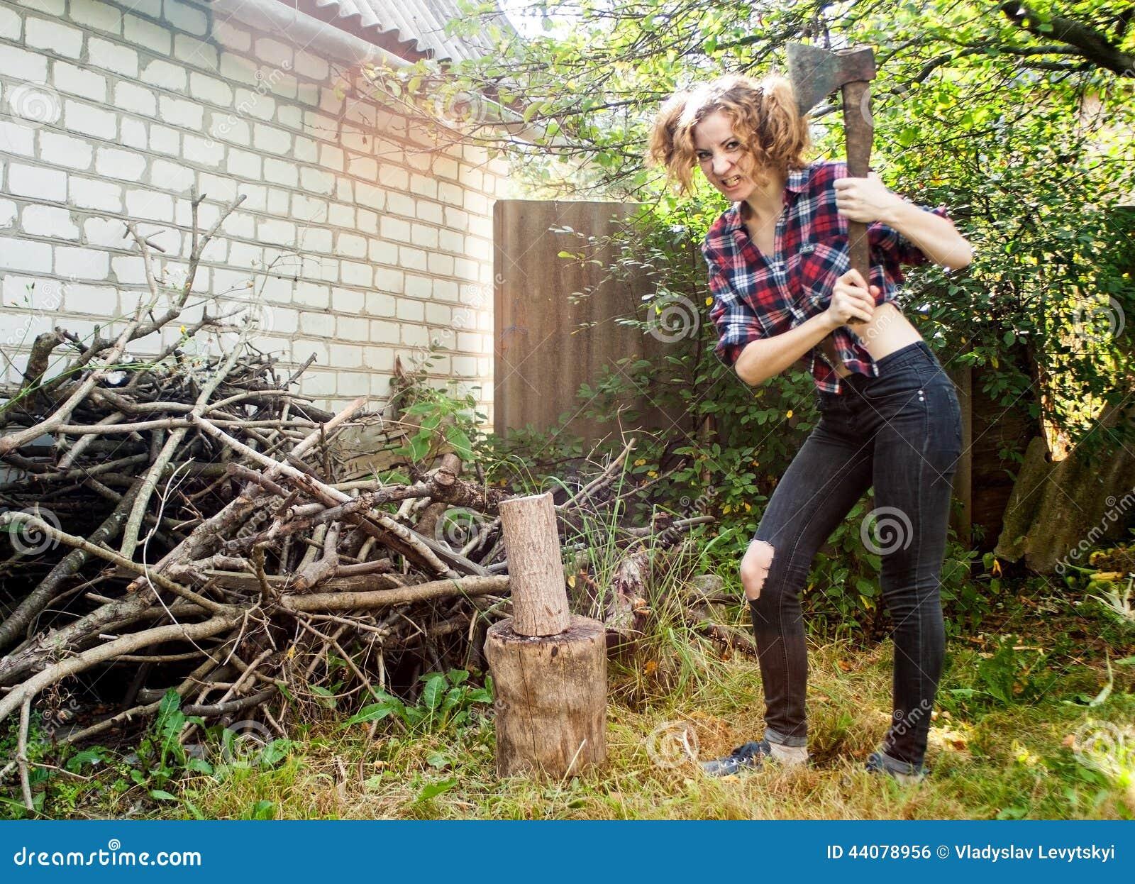 Mulher que desbasta a madeira