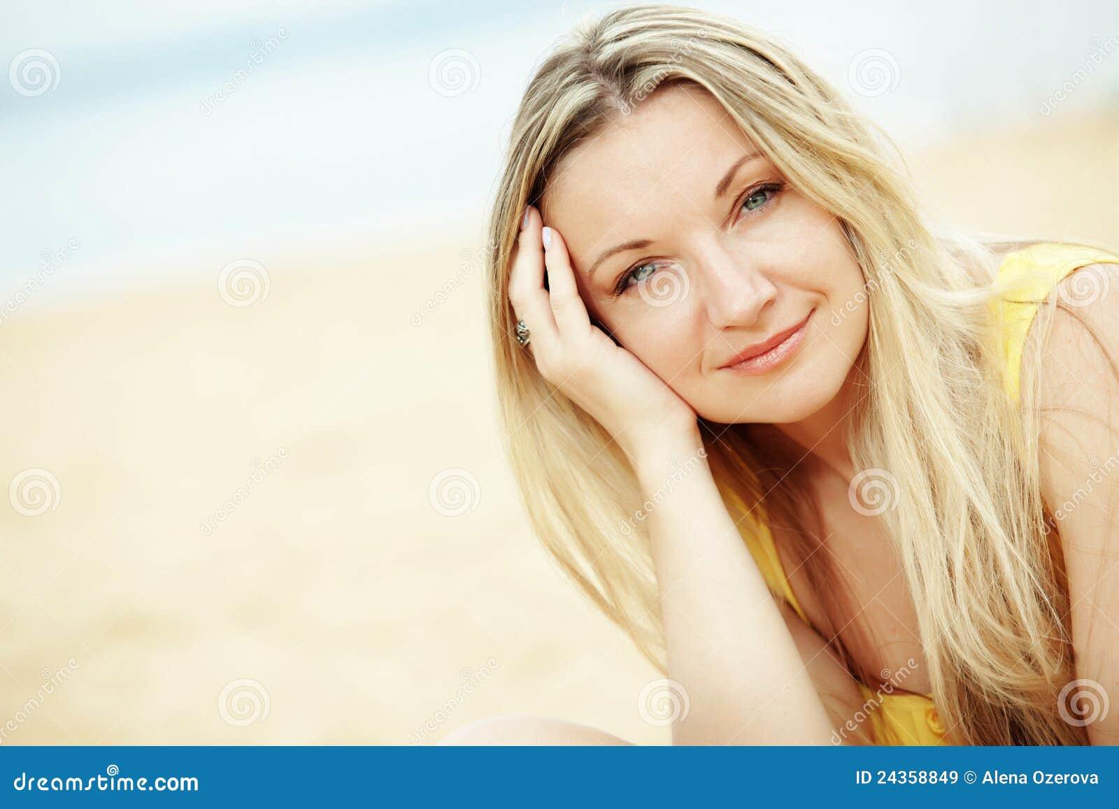 Mulher que descansa na praia