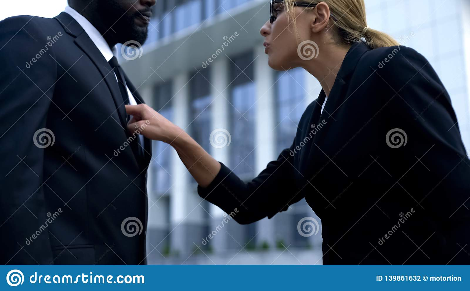 Mulher que discute o empregado afro-americano, discriminação racial no local de trabalho