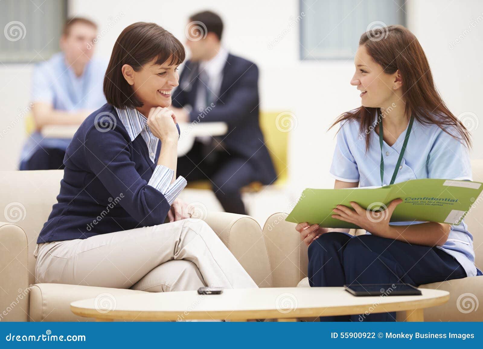Mulher que discute resultados com a enfermeira