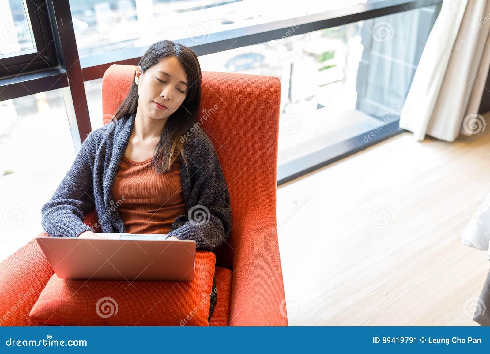Mulher que dorme no sofá