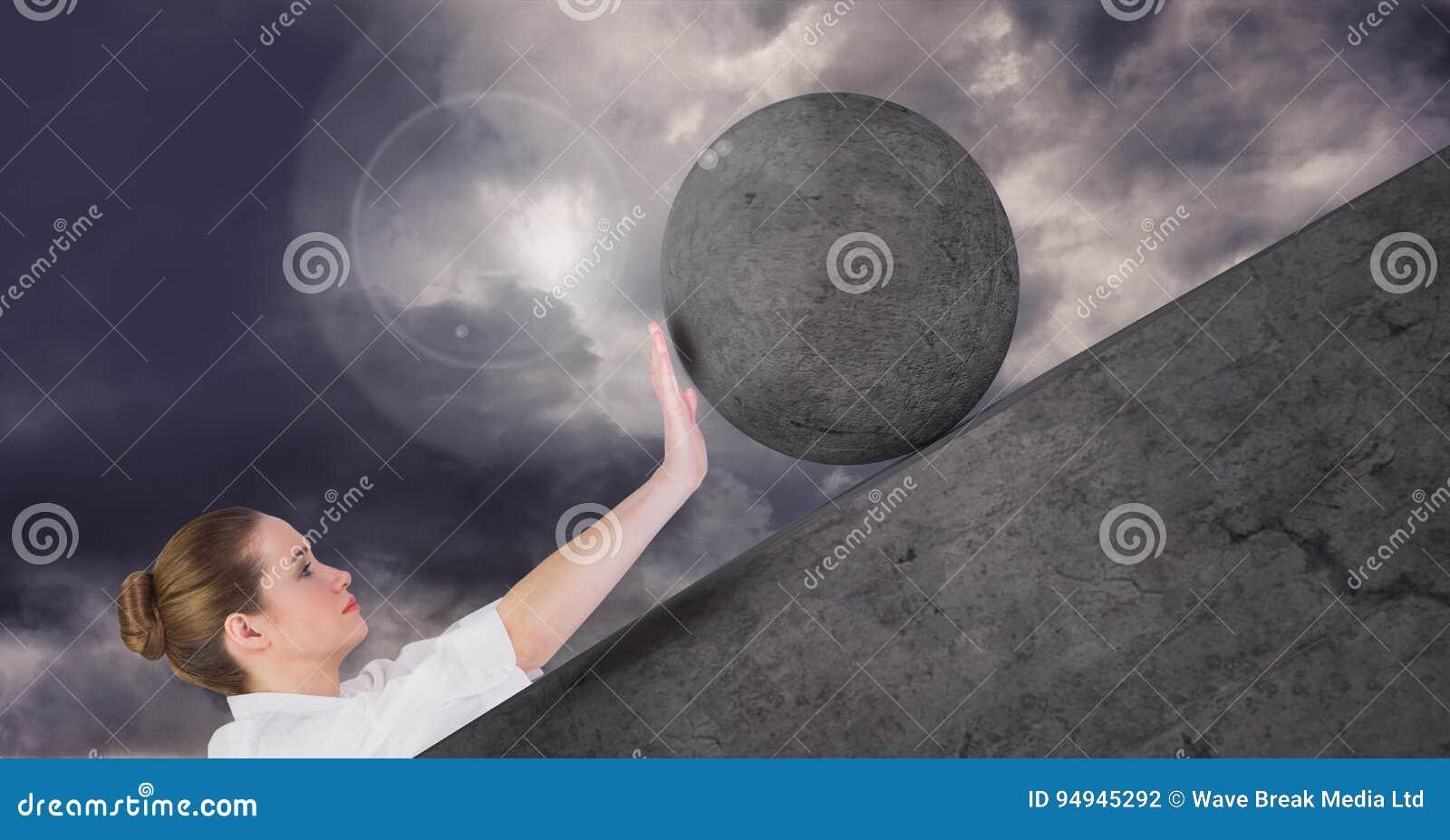 Mulher que empurra o rolamento em volta da rocha
