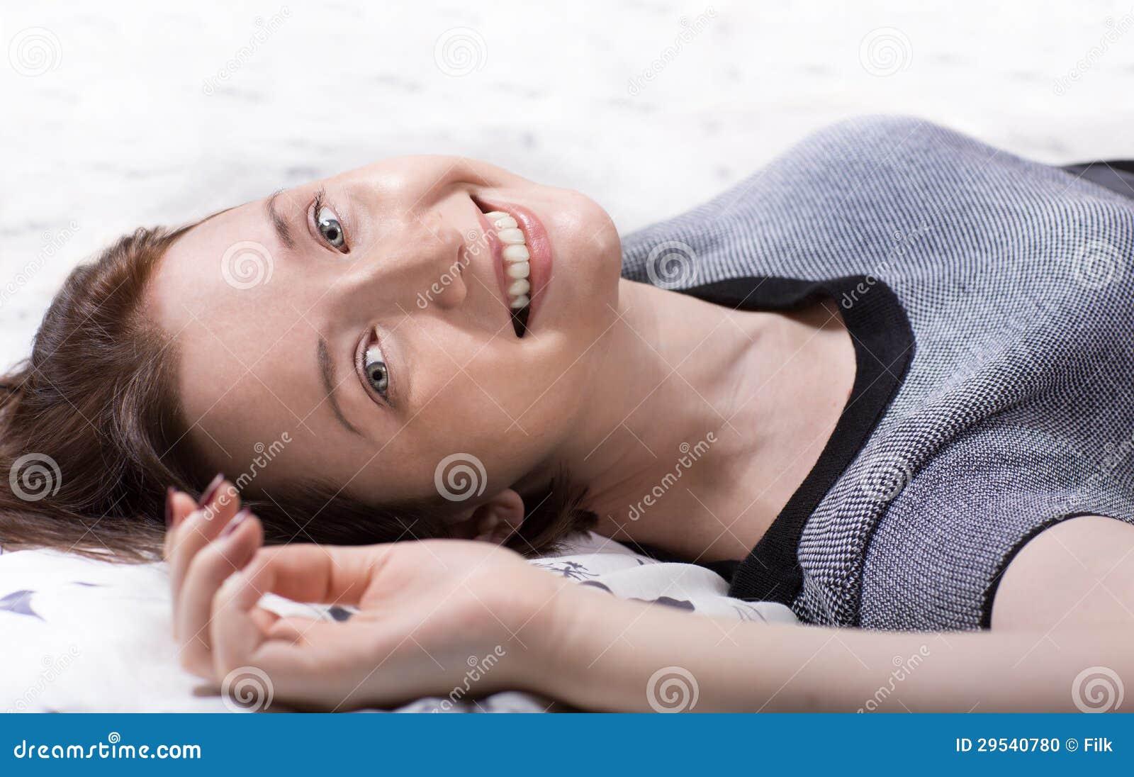 Mulher que encontra-se na cama