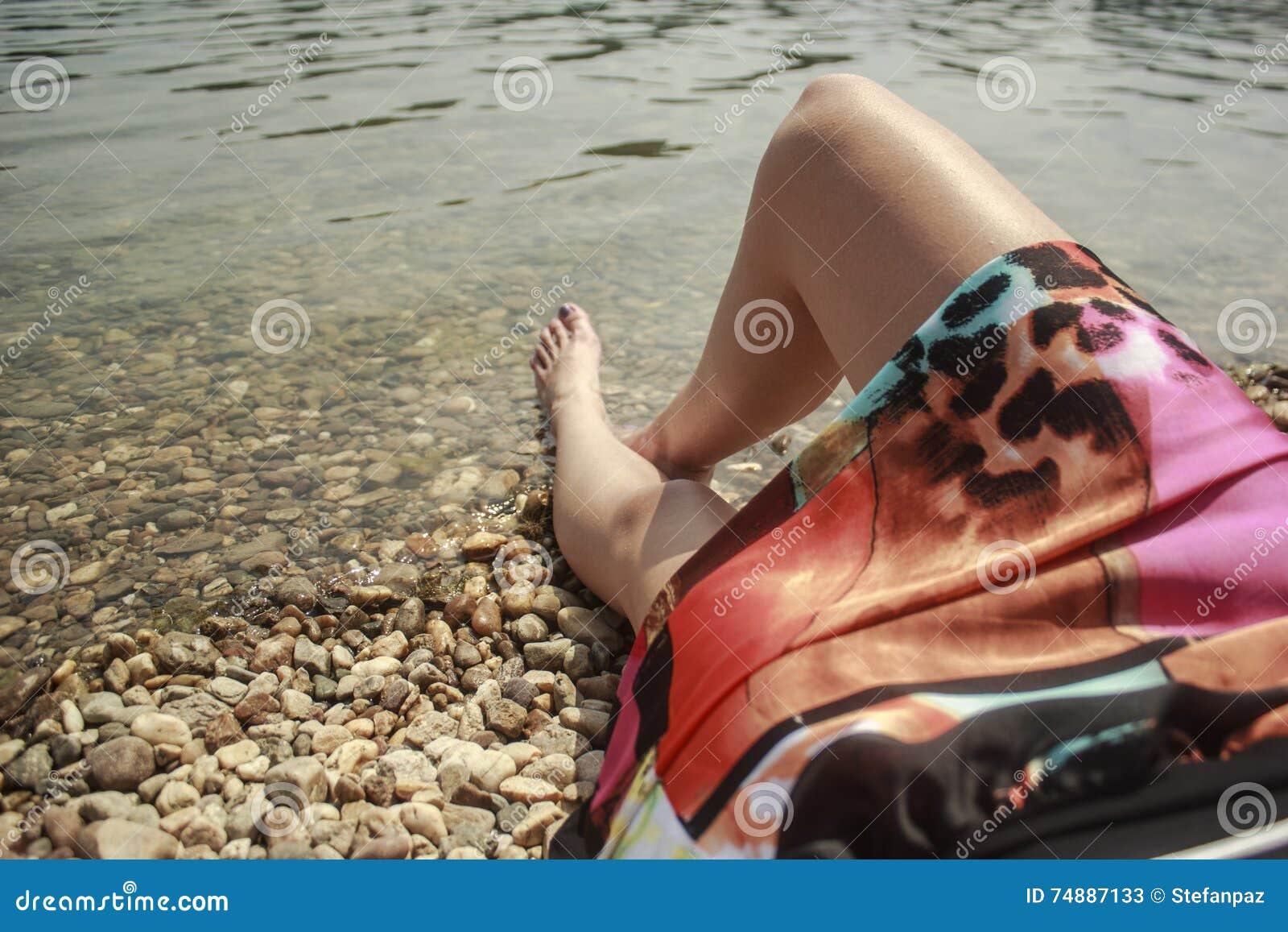 Mulher que encontra-se na praia