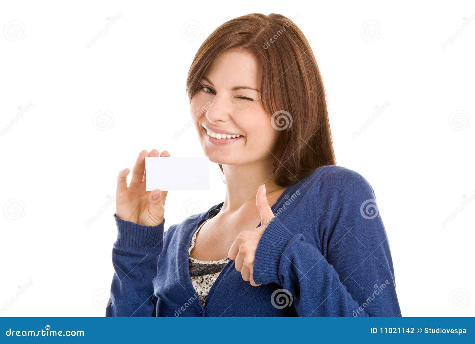 Mulher que entrega o cartão em branco