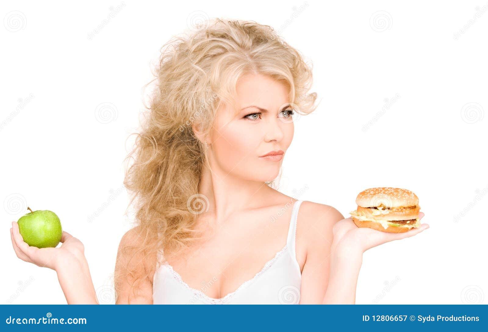 Mulher que escolhe entre o hamburguer e a maçã
